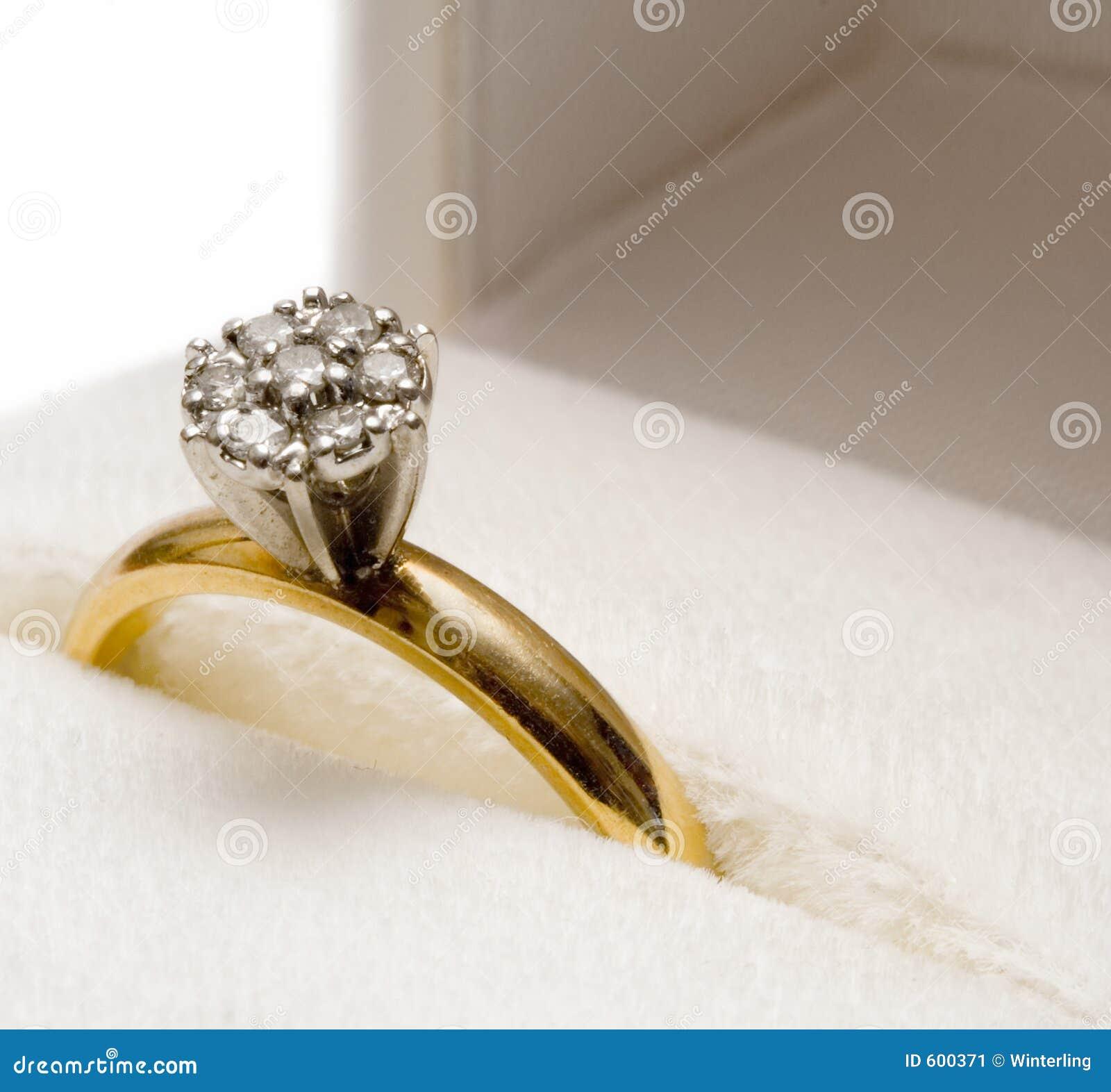 диамант гнездился кольцо
