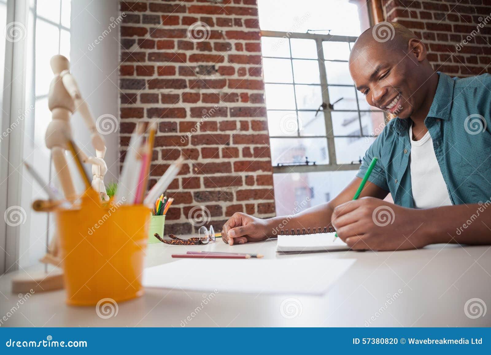Дизайнер делая эскиз к на бумаге с карандашем