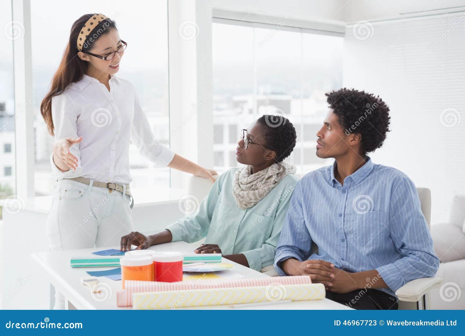 Дизайнер по интерьеру говоря с клиентами