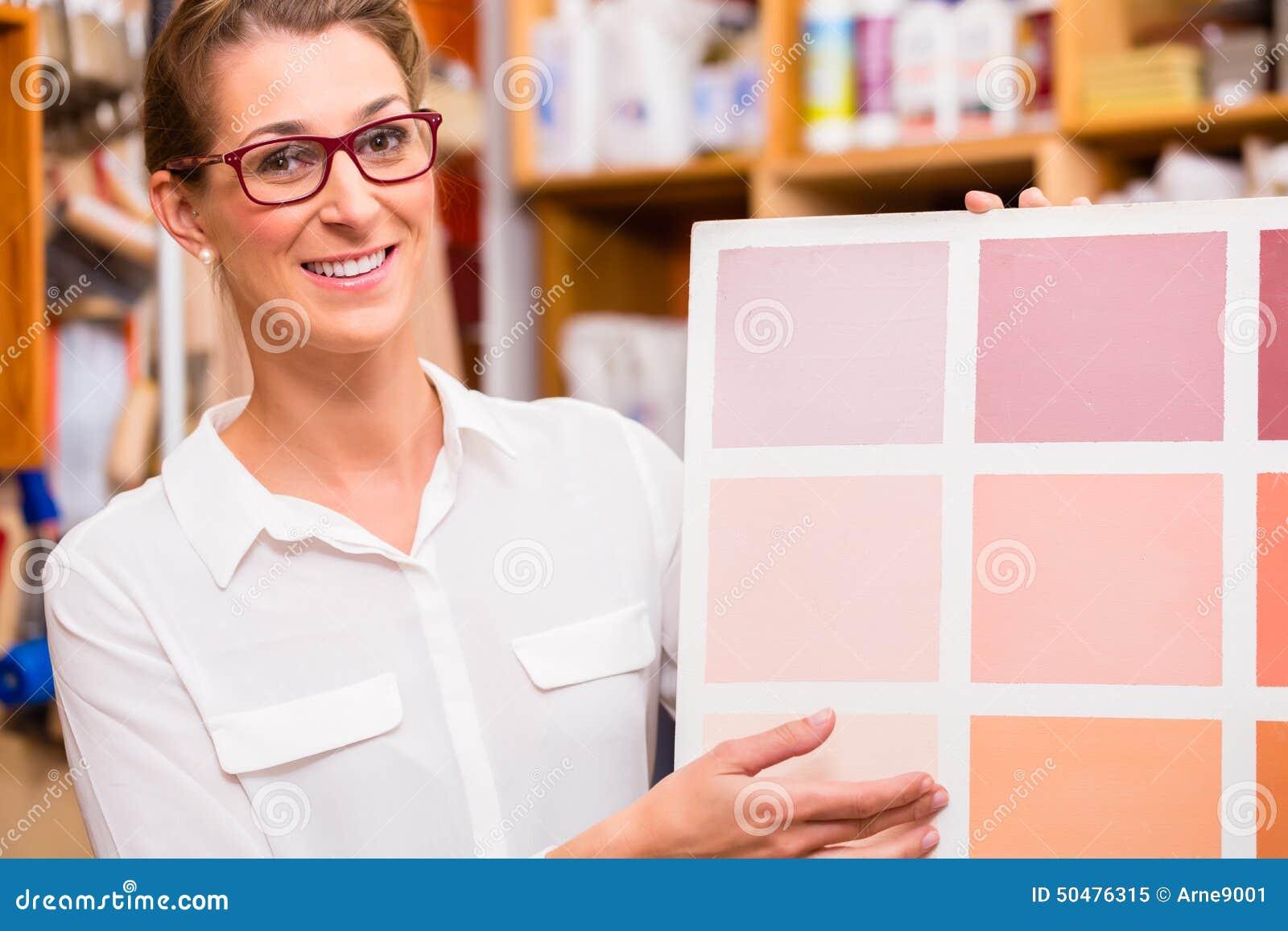 Дизайнер по интерьеру с карточкой образца краски