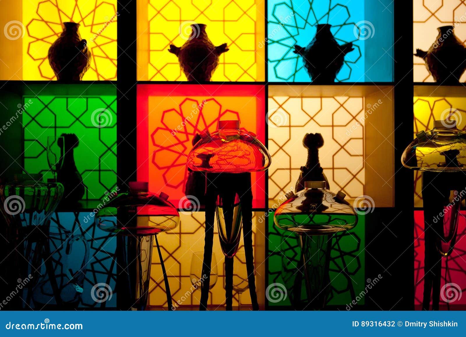 Дизайн интерьера с красочными декоративными стеклянными бутылками