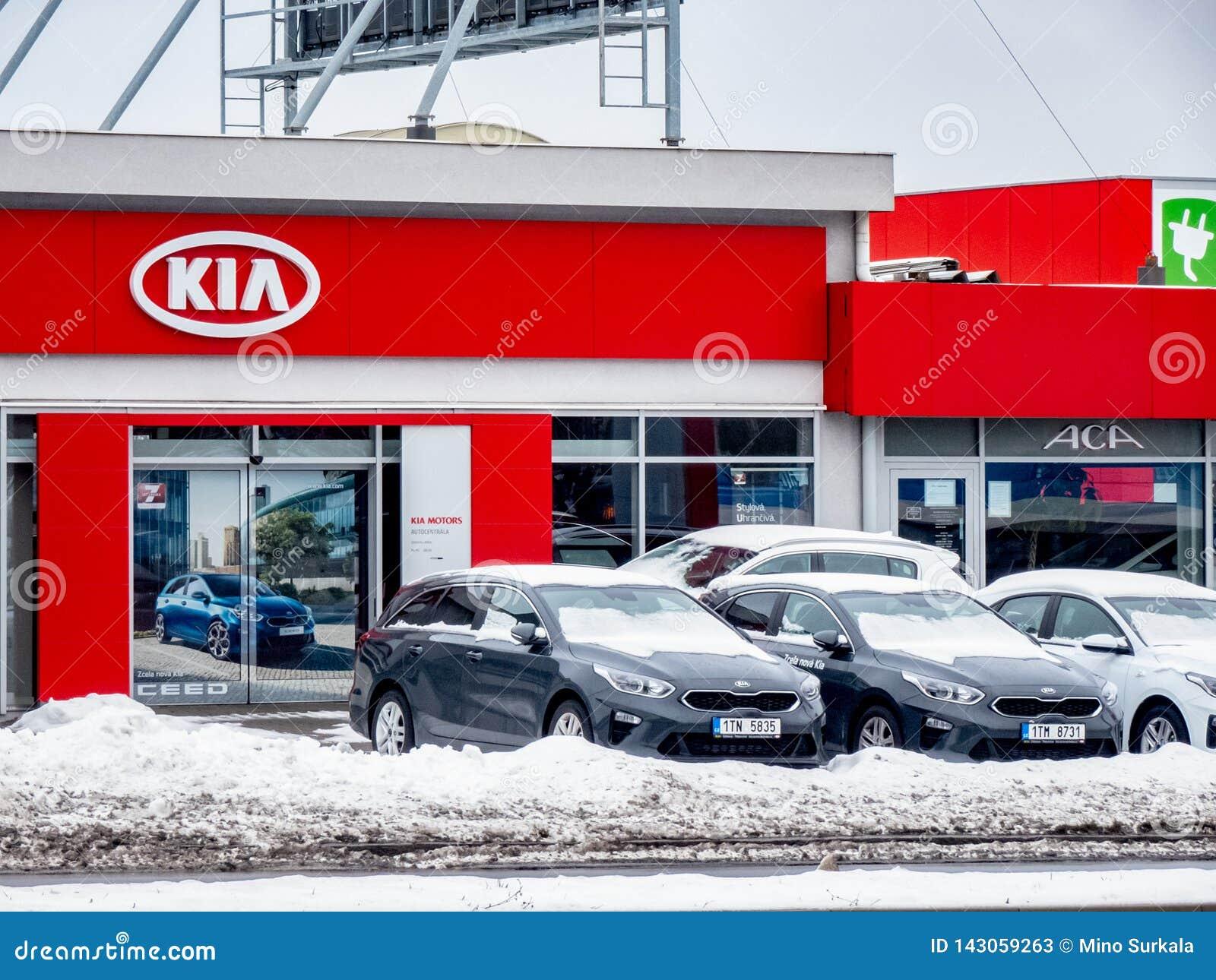 Дилерские полномочия бренда чеха Skoda автоматического в Остраве с логотипами компании и большое знамя Fabia