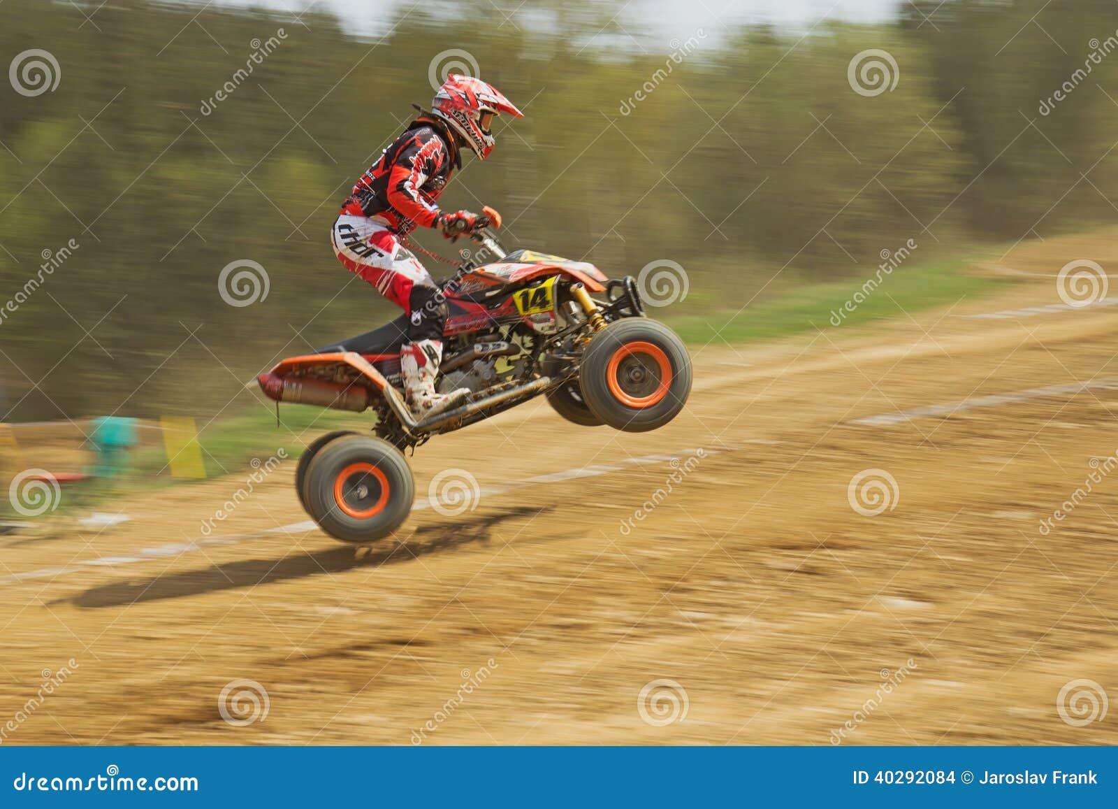 Динамическая съемка скакать гонщика квада