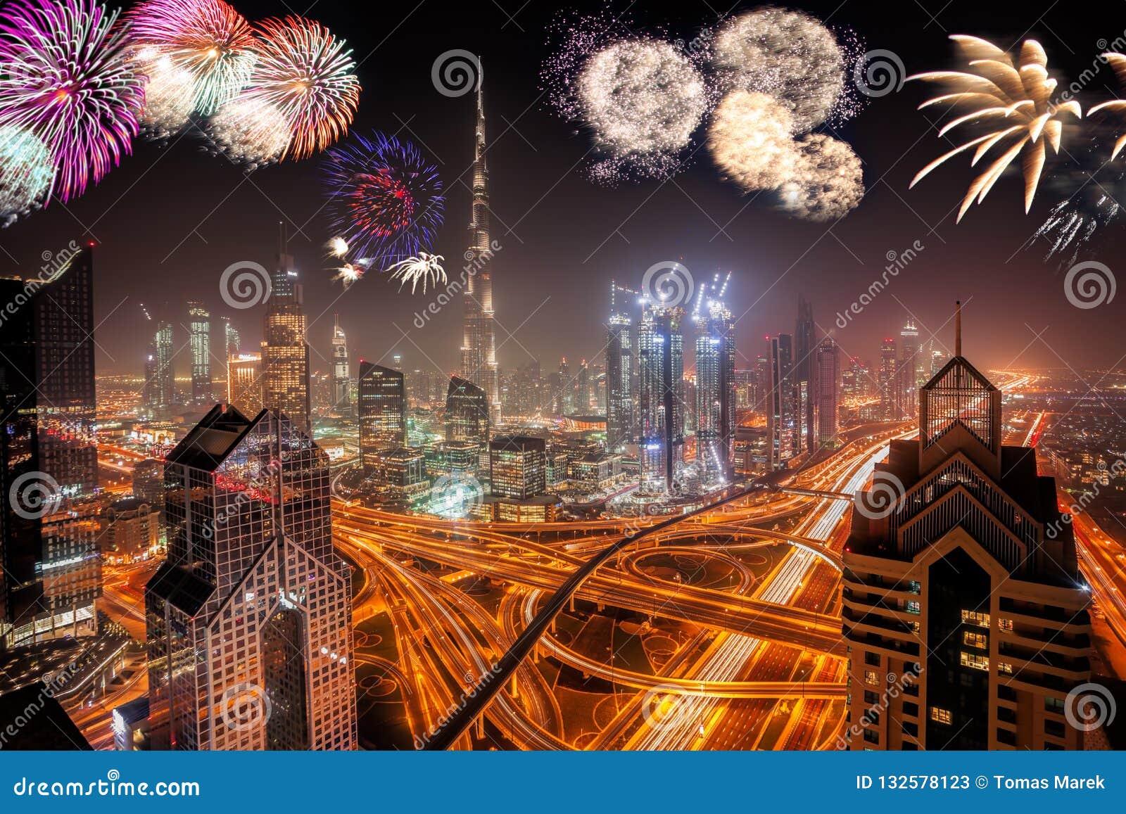 Дисплей фейерверков Нового Года в Дубай, ОАЭ
