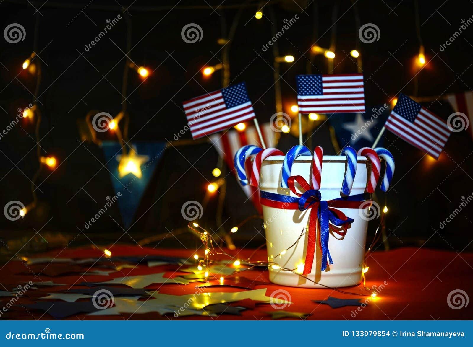 Дисплей фейерверков празднует День независимости нации Соединенных Штатов Америки 4-го июля с мы флаг,