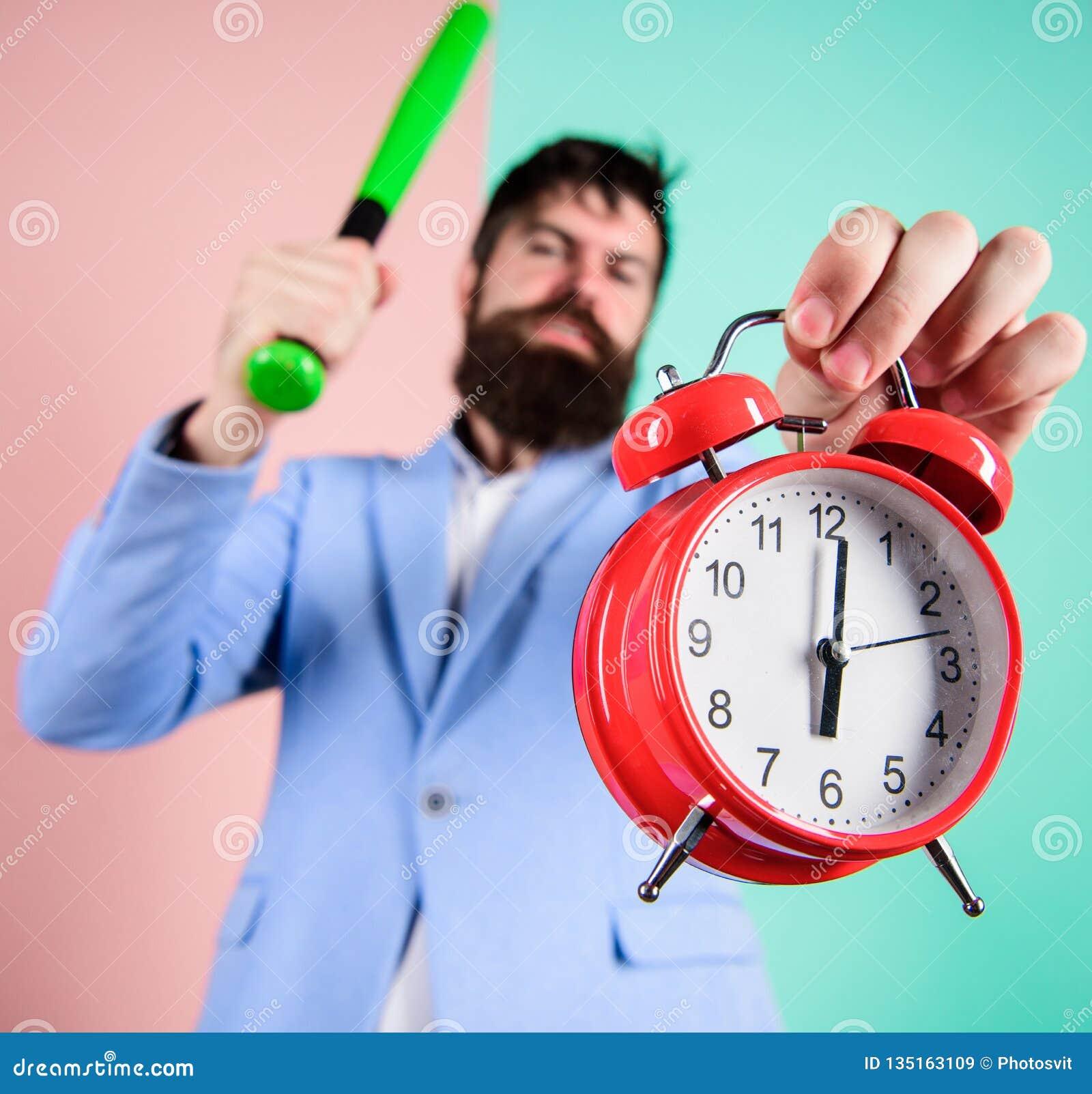 Дисциплина и санкции Будильник владением стороны босса агрессивный Разрушьте или поверните  Часы и бейсбол владением костюма чело