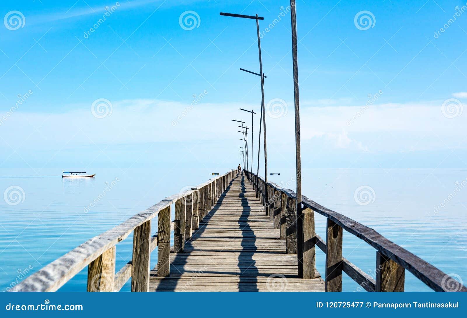 Длинная деревянная пристань и бесконечное море