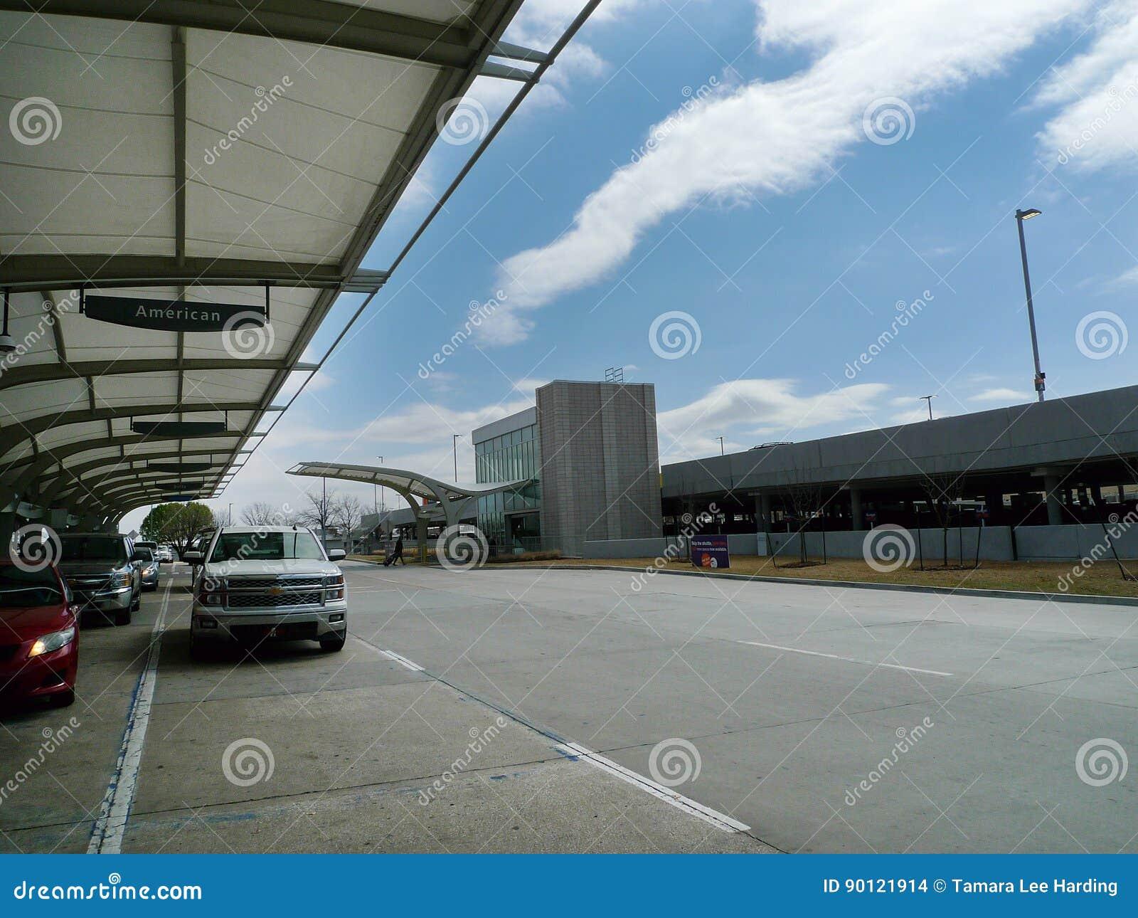 Дневное время международного аэропорта Tulsa внешнее, корабли внутри падает майна