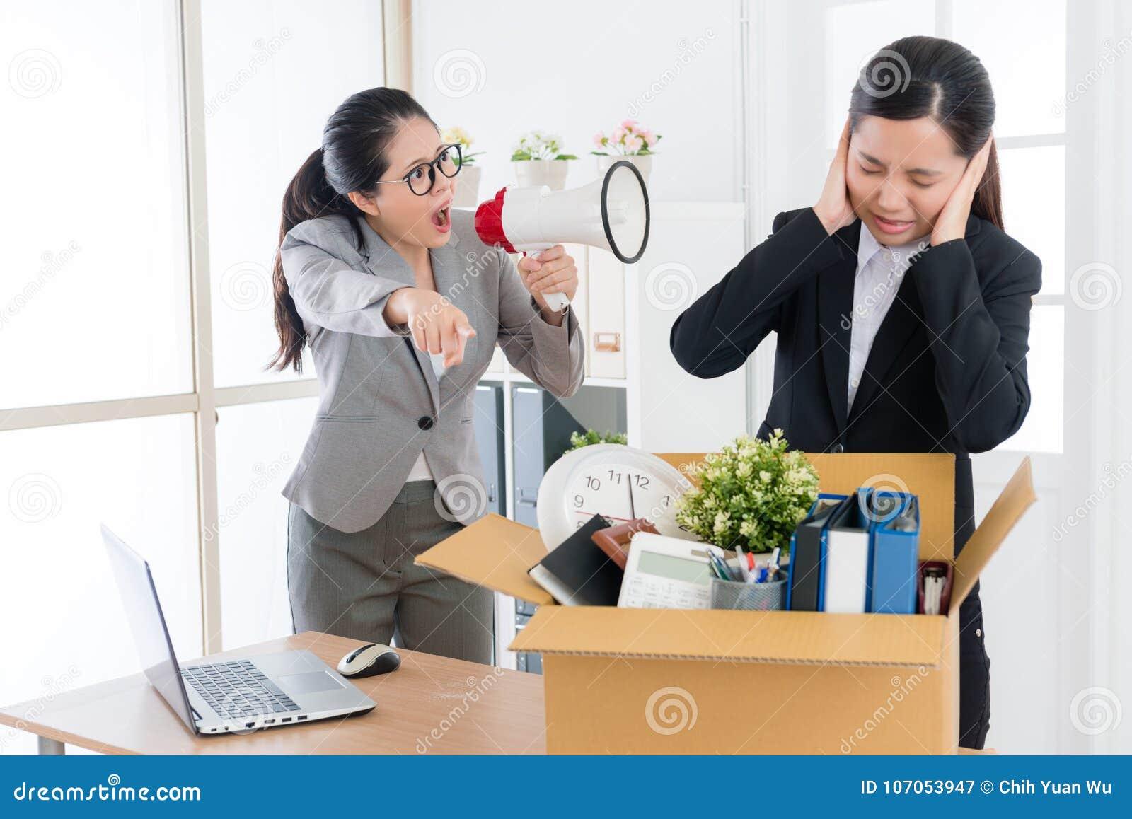 Довольно женский босс говоря с работником дела