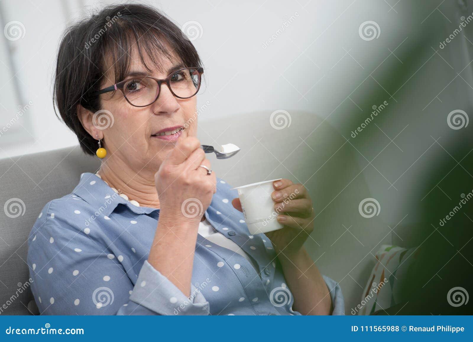 Фото сперми на зрелых женщинах, Нежные зрелые тетки обожают сперму на письке 26 фотография