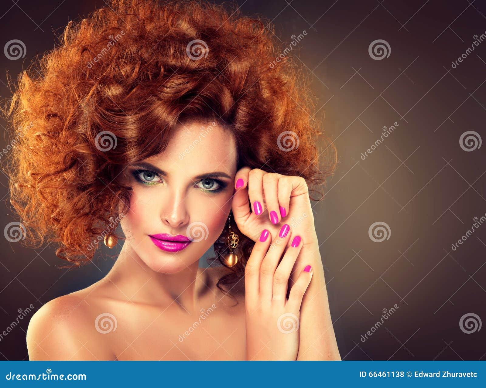 Довольно красная с волосами девушка с скручиваемостями
