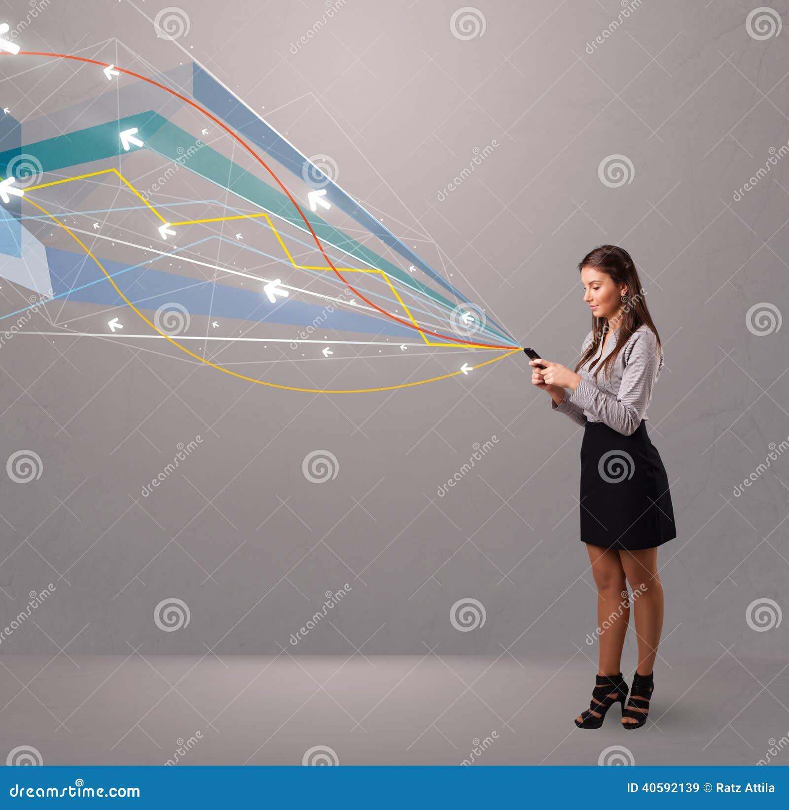 Довольно молодая дама держа телефон с цветастым конспектом выравнивает a
