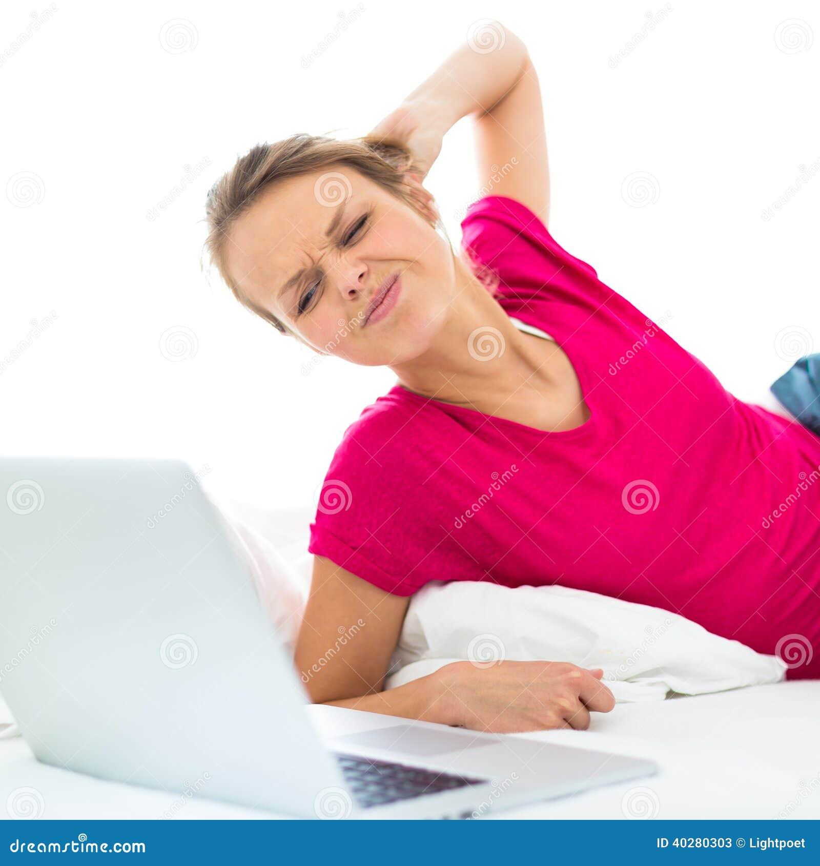 Довольно, молодая женщина работая на ее портативном компьютере