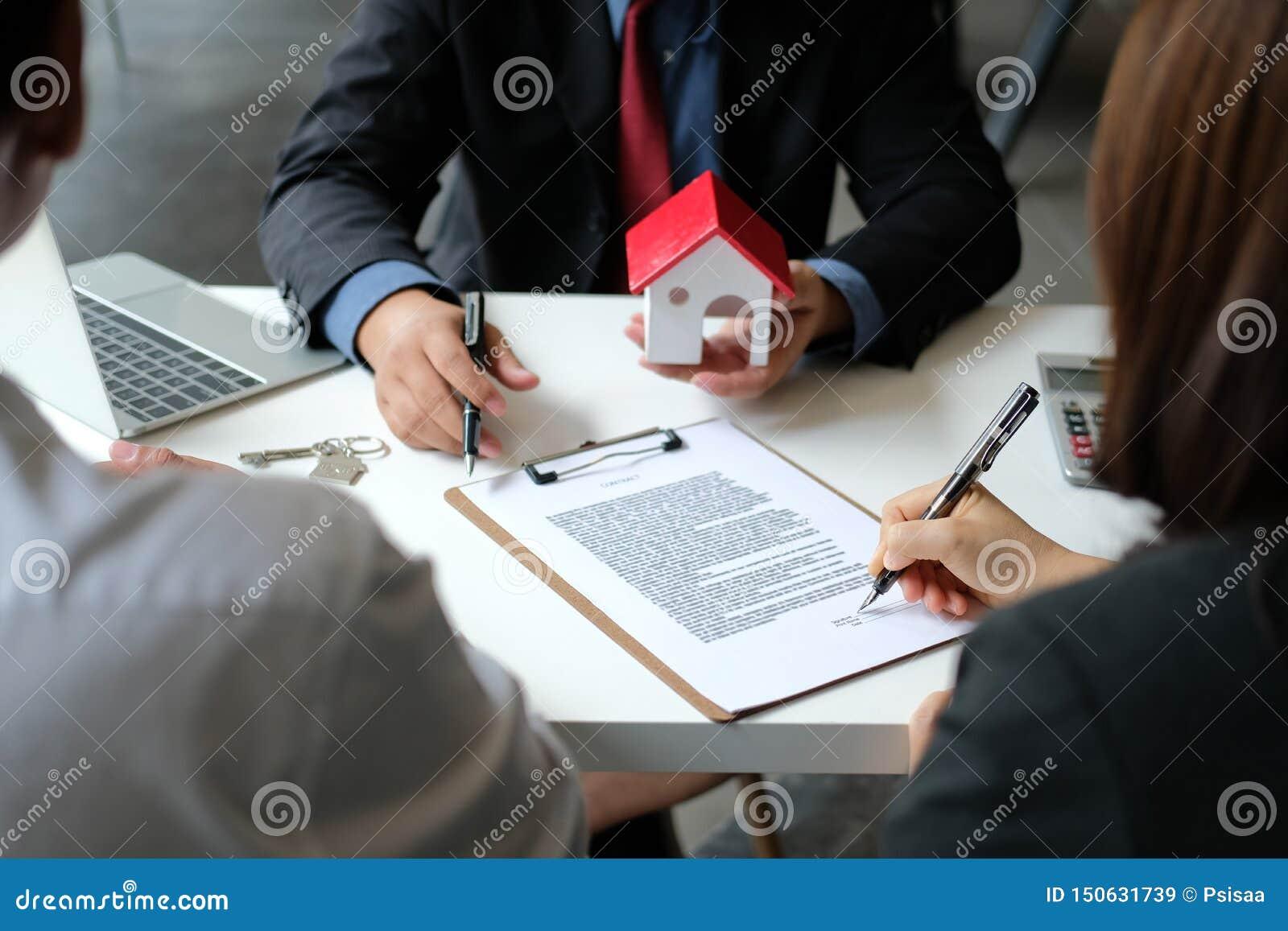 Договор подряда ипотеки подписания арендуя дома пар покупая с агентом недвижимости риэлтора