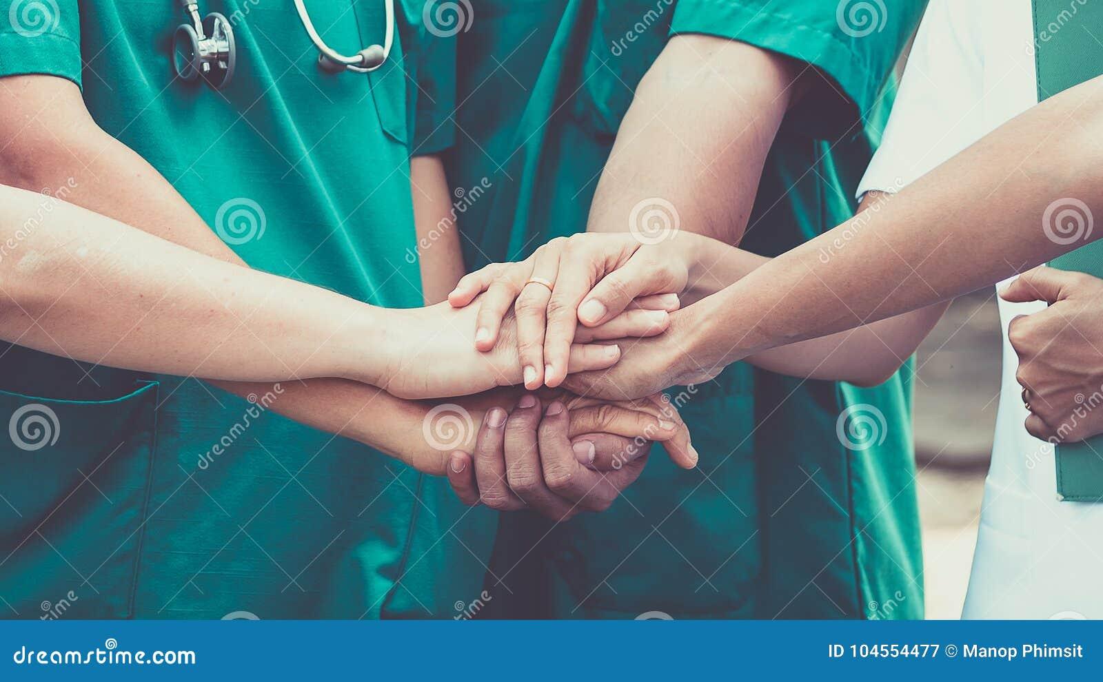 Доктора и медсестры координируют руки