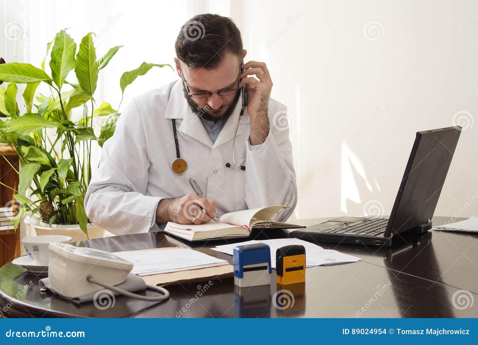 Доктор во время телефонного звонка сохраняет назначение в календаре