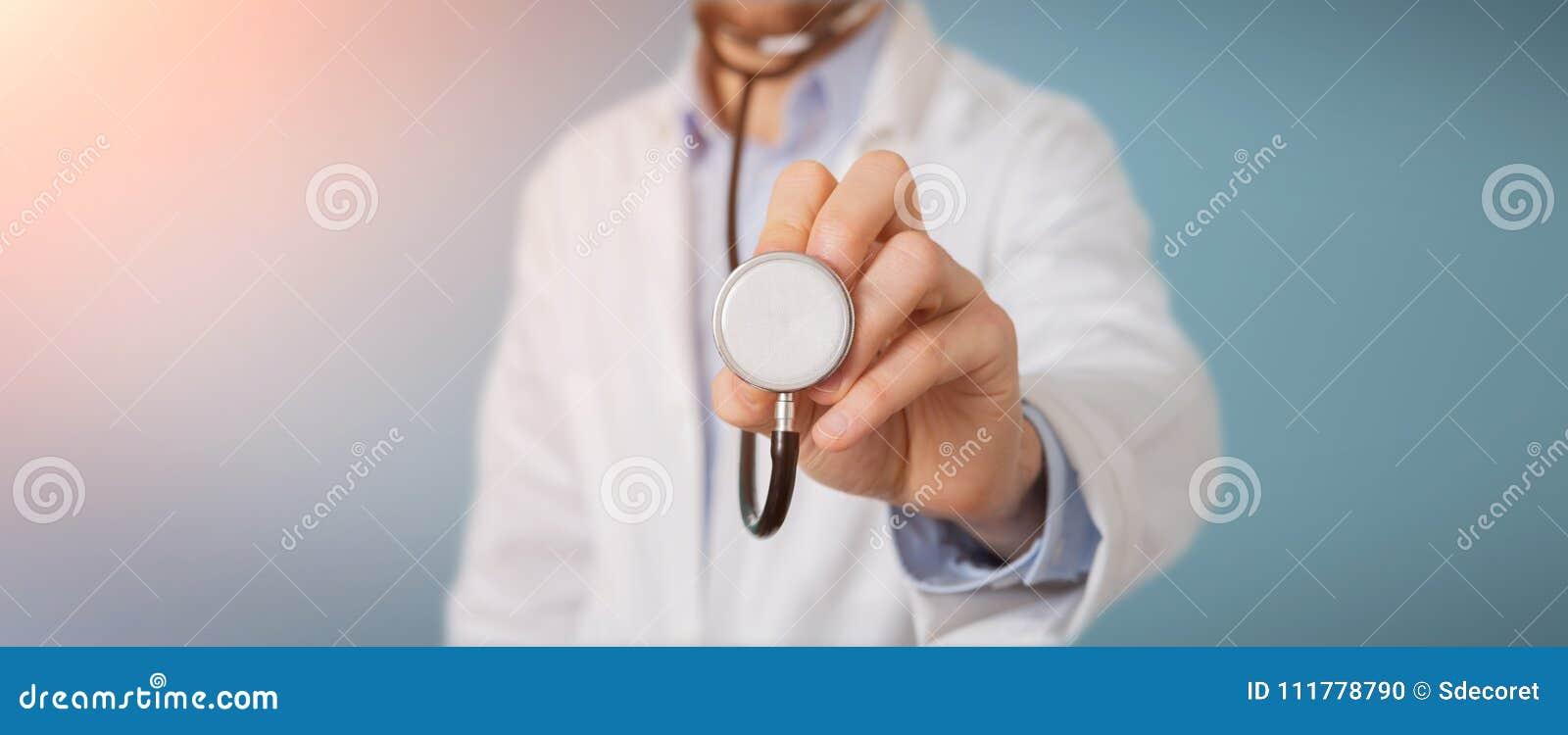 Доктор используя стетоскоп в больнице