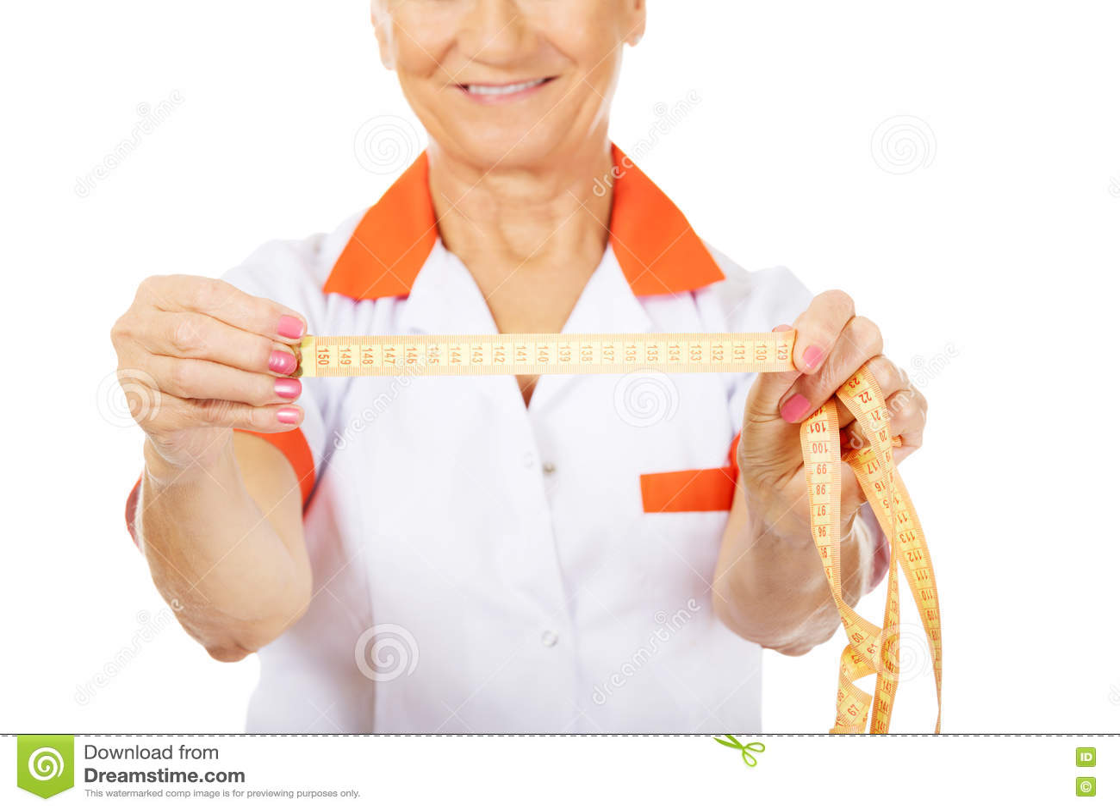 Доктор или медсестра улыбки пожилые держат измеряя ленту