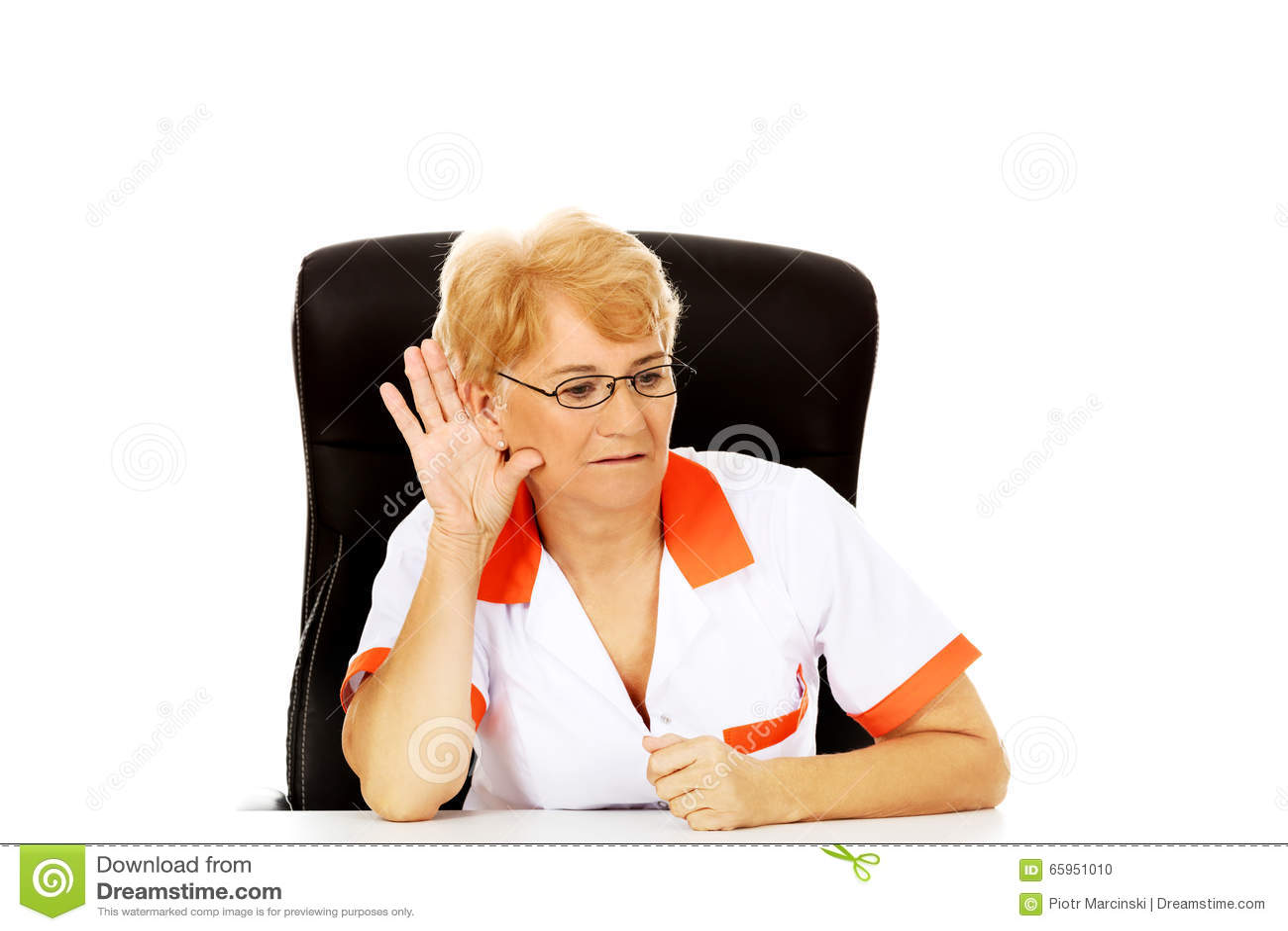 Доктор или медсестра улыбки пожилые женские сидя за столом и подслушивают переговор
