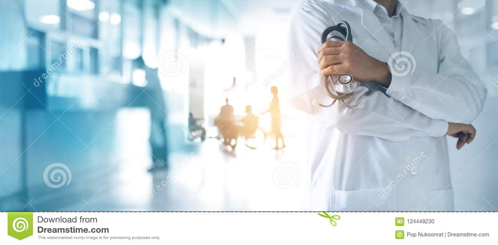 Доктор медицины с стетоскопом в руке, уверенно стоя