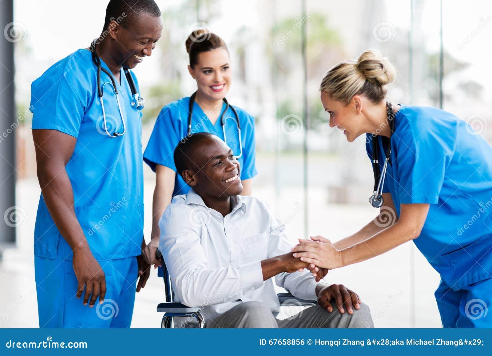 Доктор приветствуя выведенного из строя пациента