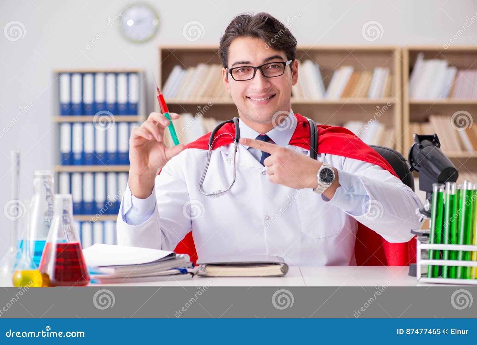 Доктор супергероя работая в больнице лаборатории