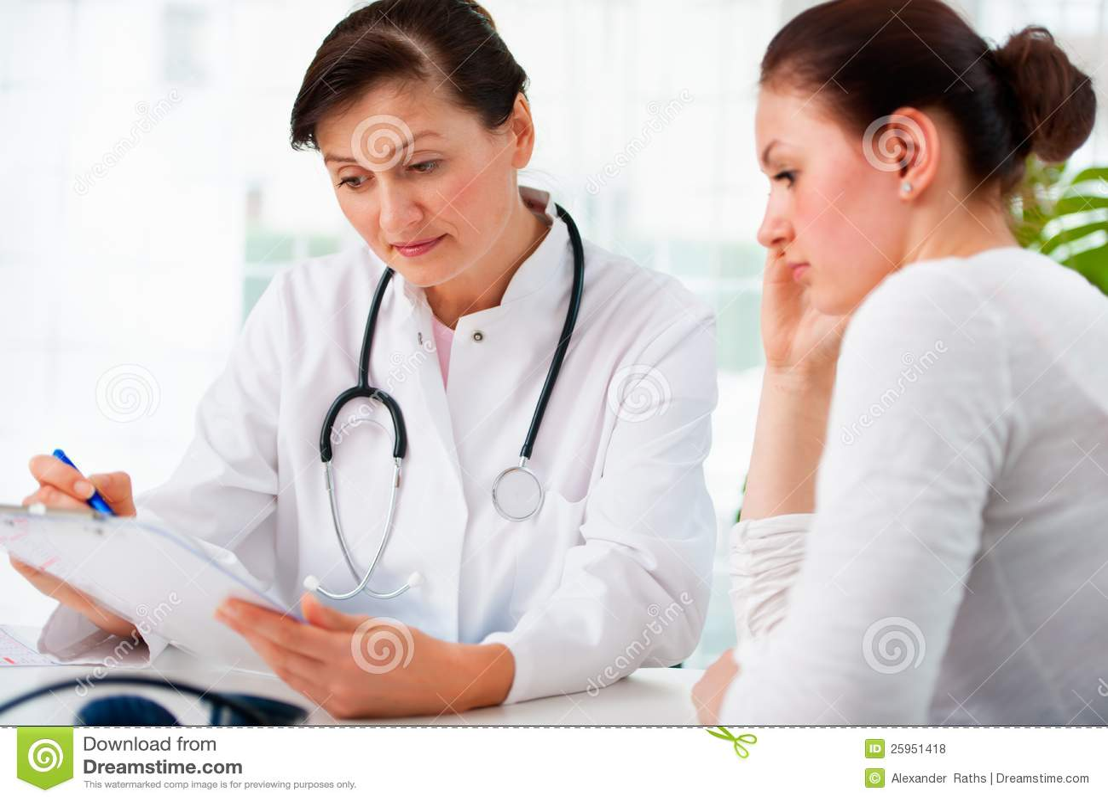 Доктор с женским пациентом