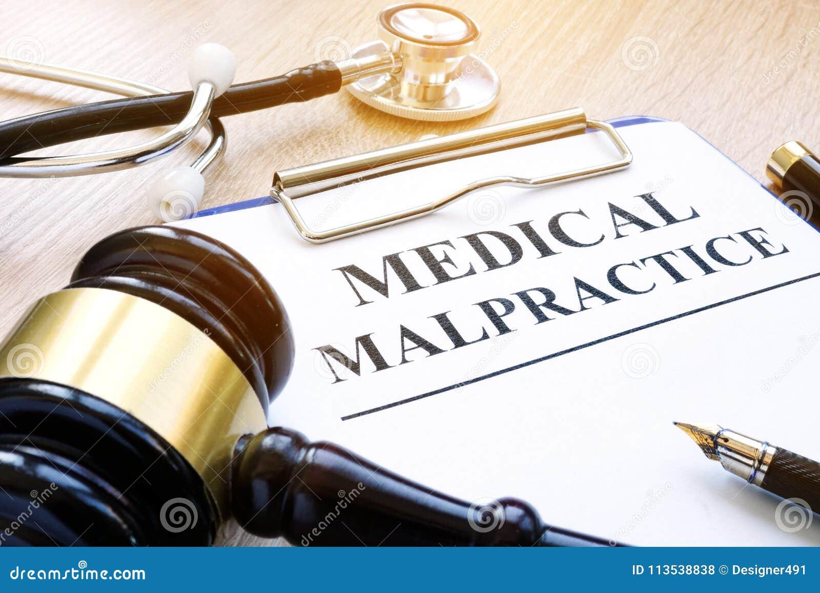 Документы о медицинской преступной небрежности врача и молотке