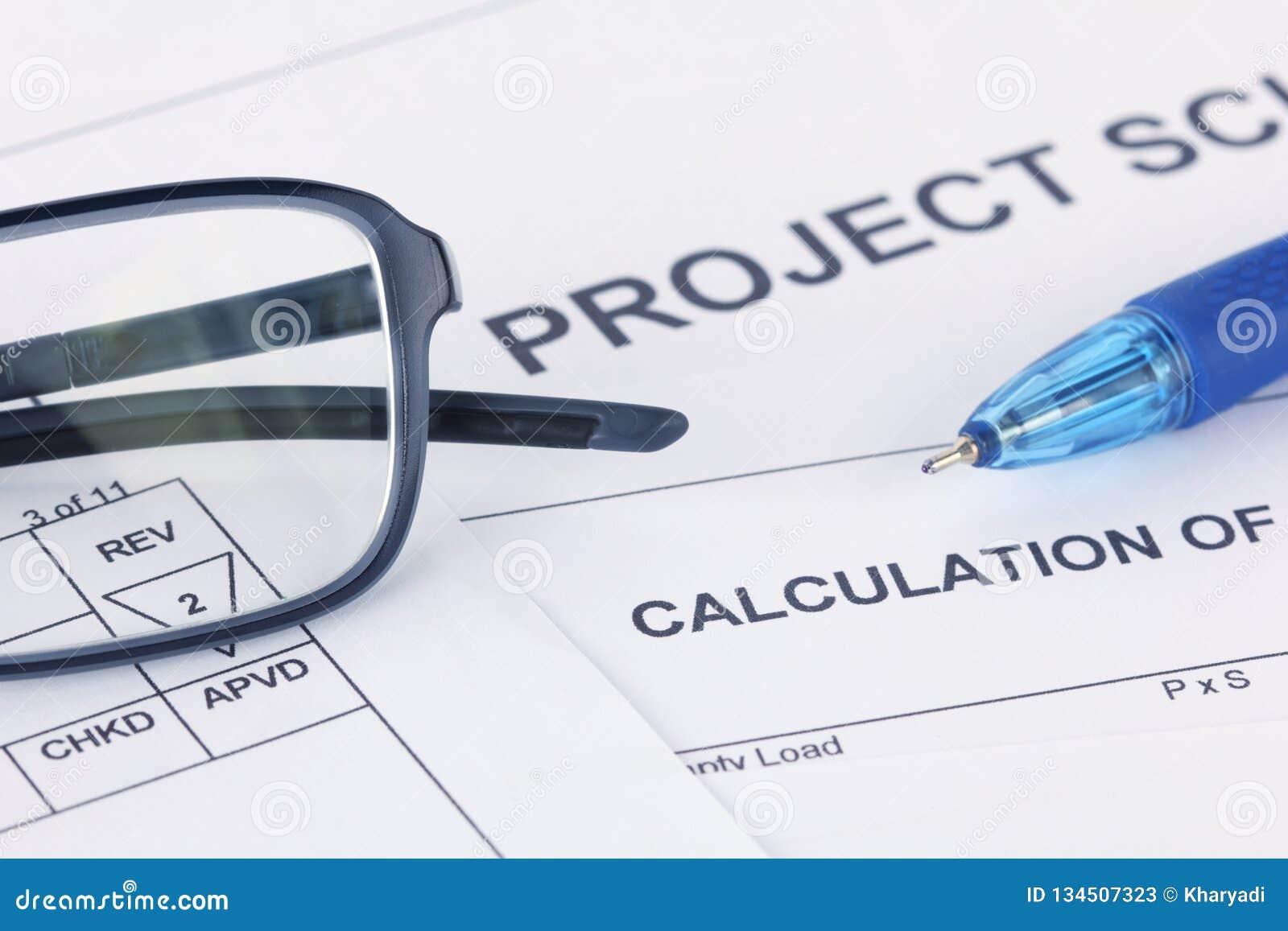 Документ вычисления проекта с ручкой и eyeglasses