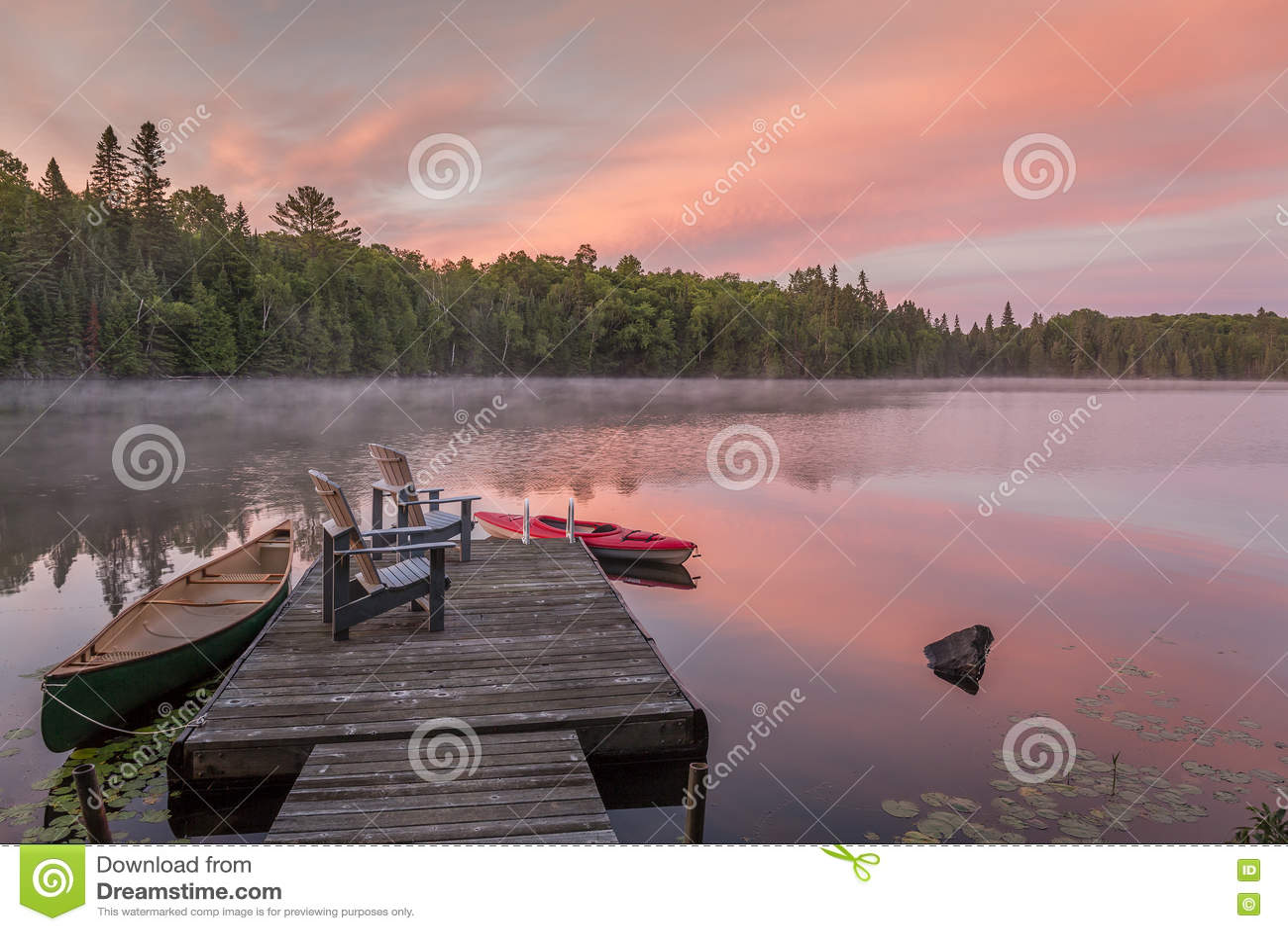 Док коттеджа на канадском озере на зоре на зоре