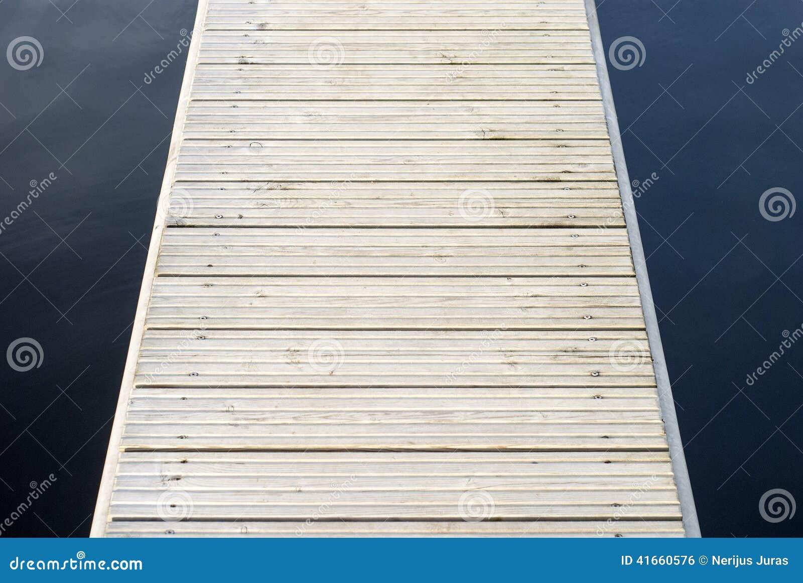 Док яхты деревянный