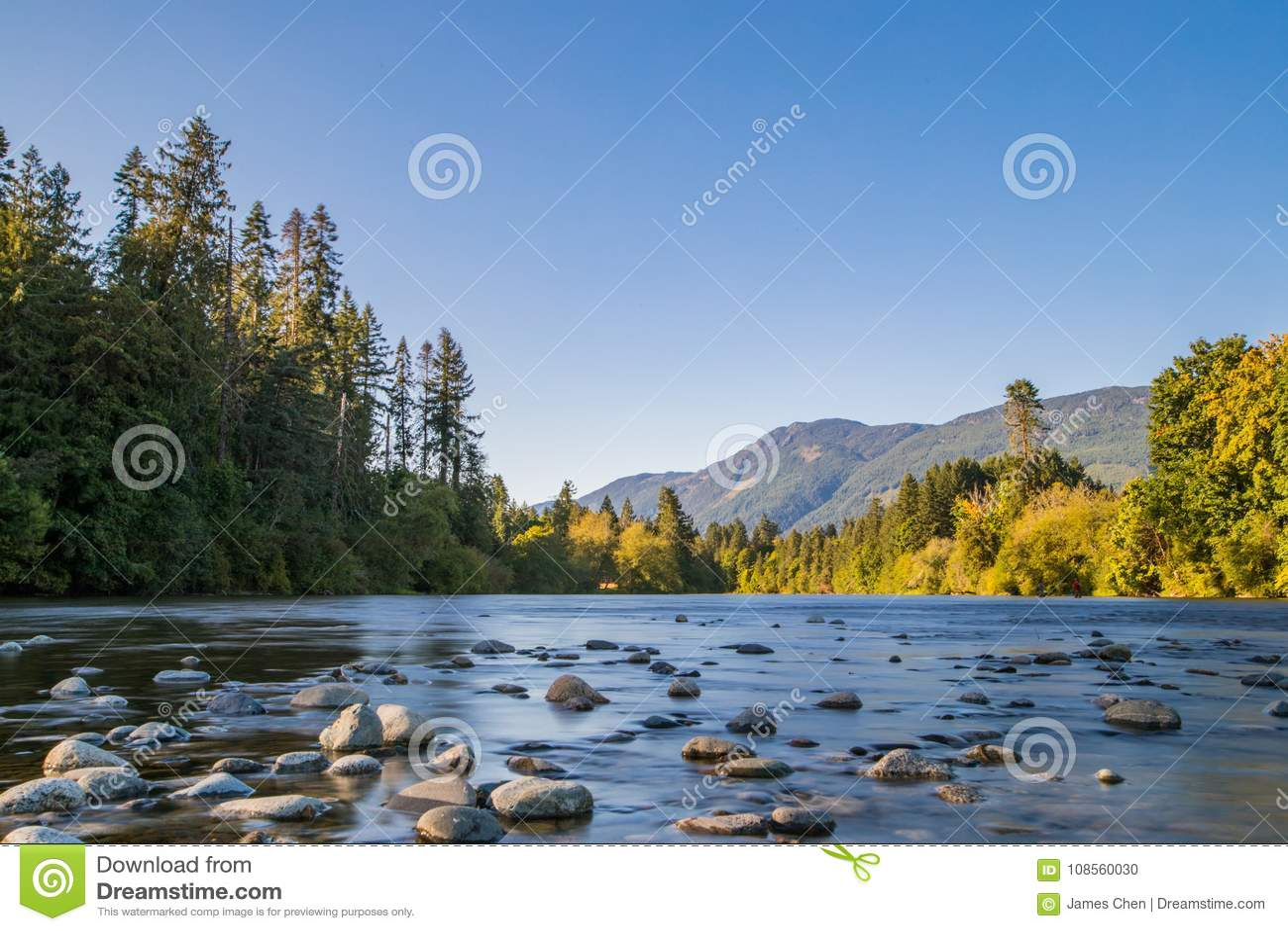Долгая выдержка пейзажа реки сняла в порте Alberni, острове ванкувер, ДО РОЖДЕСТВА ХРИСТОВА, Канада Известное место для Salmon ры
