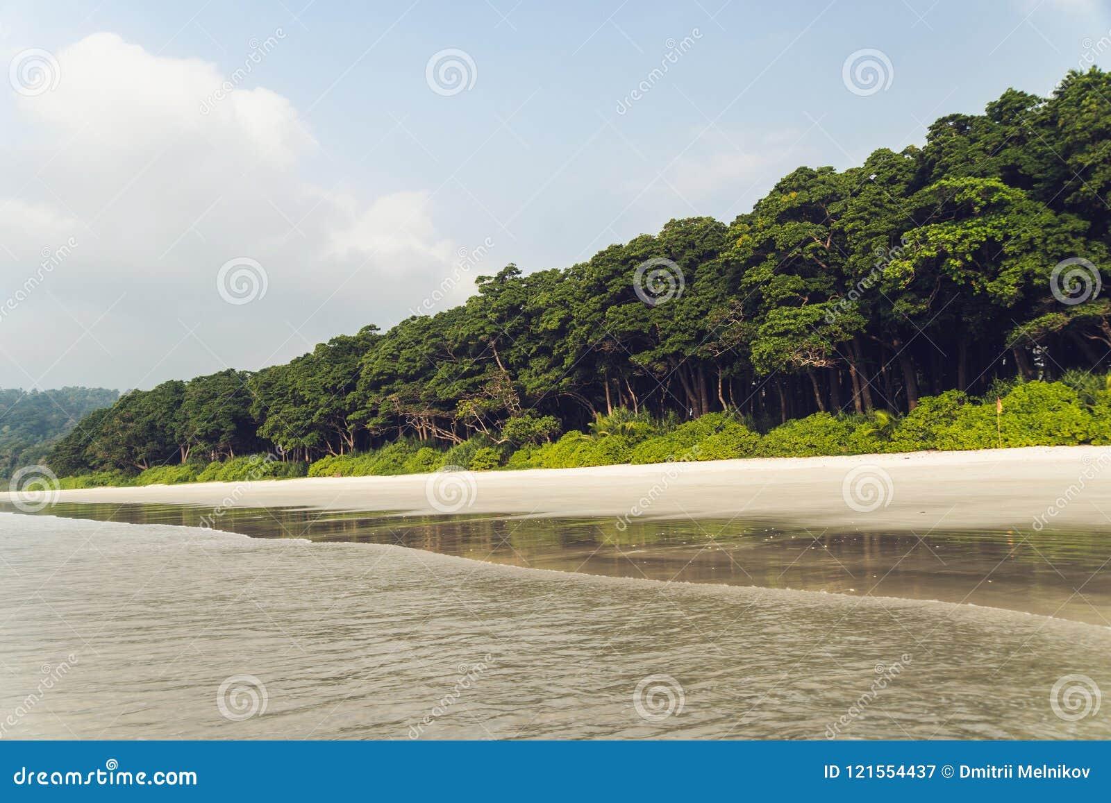 Долгая выдержка пляжа Идилличный тропический рай со своими высокорослыми сочными горами,