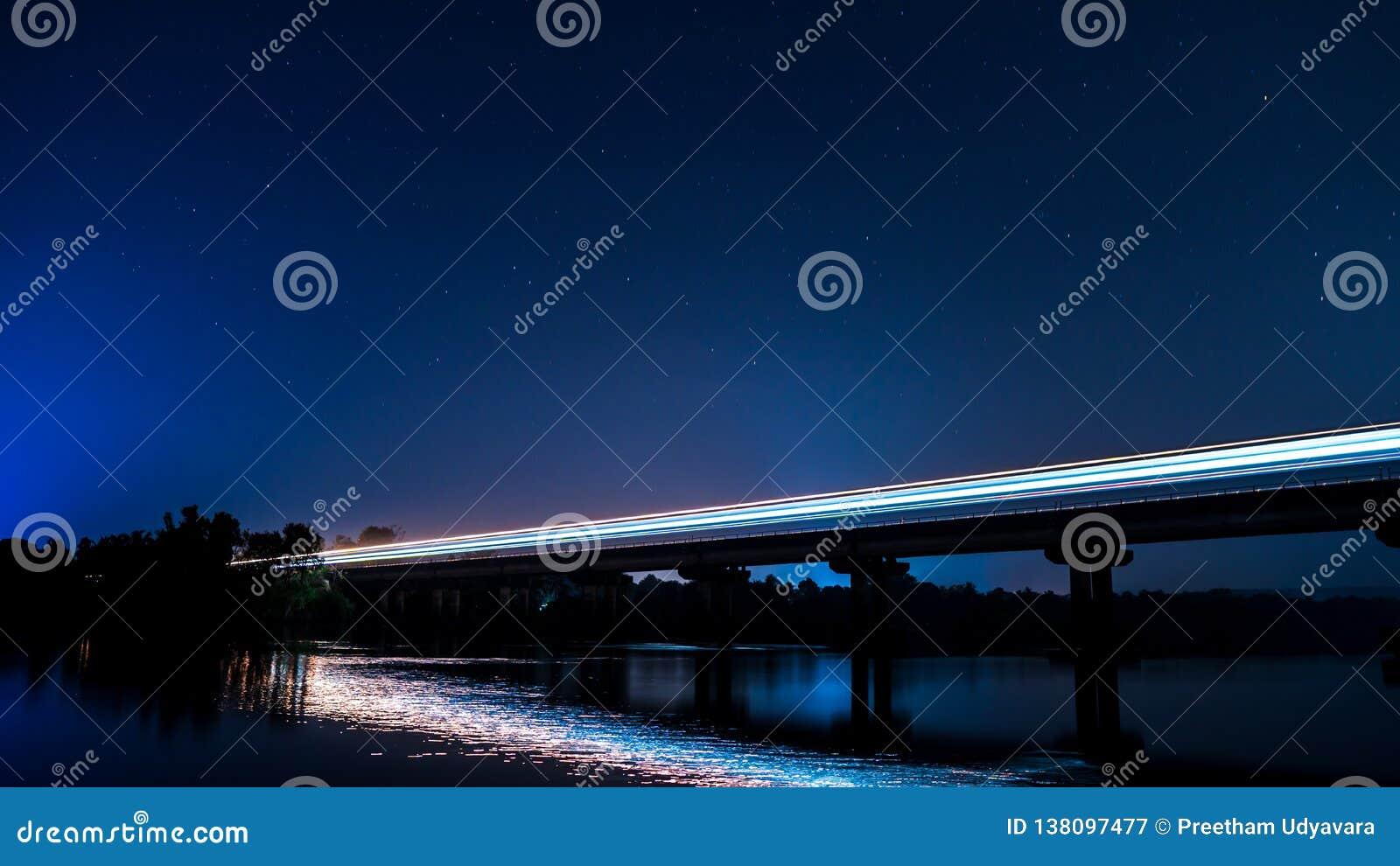 Долгая выдержка снятая поезда на мосте вечером