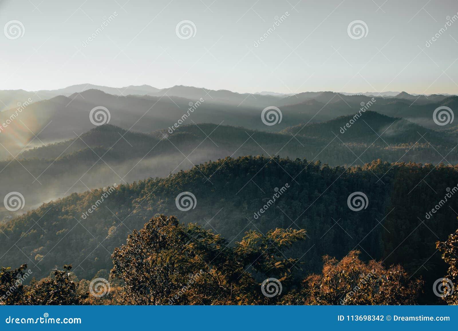 Долина горы во время восхода солнца landscape естественное лето