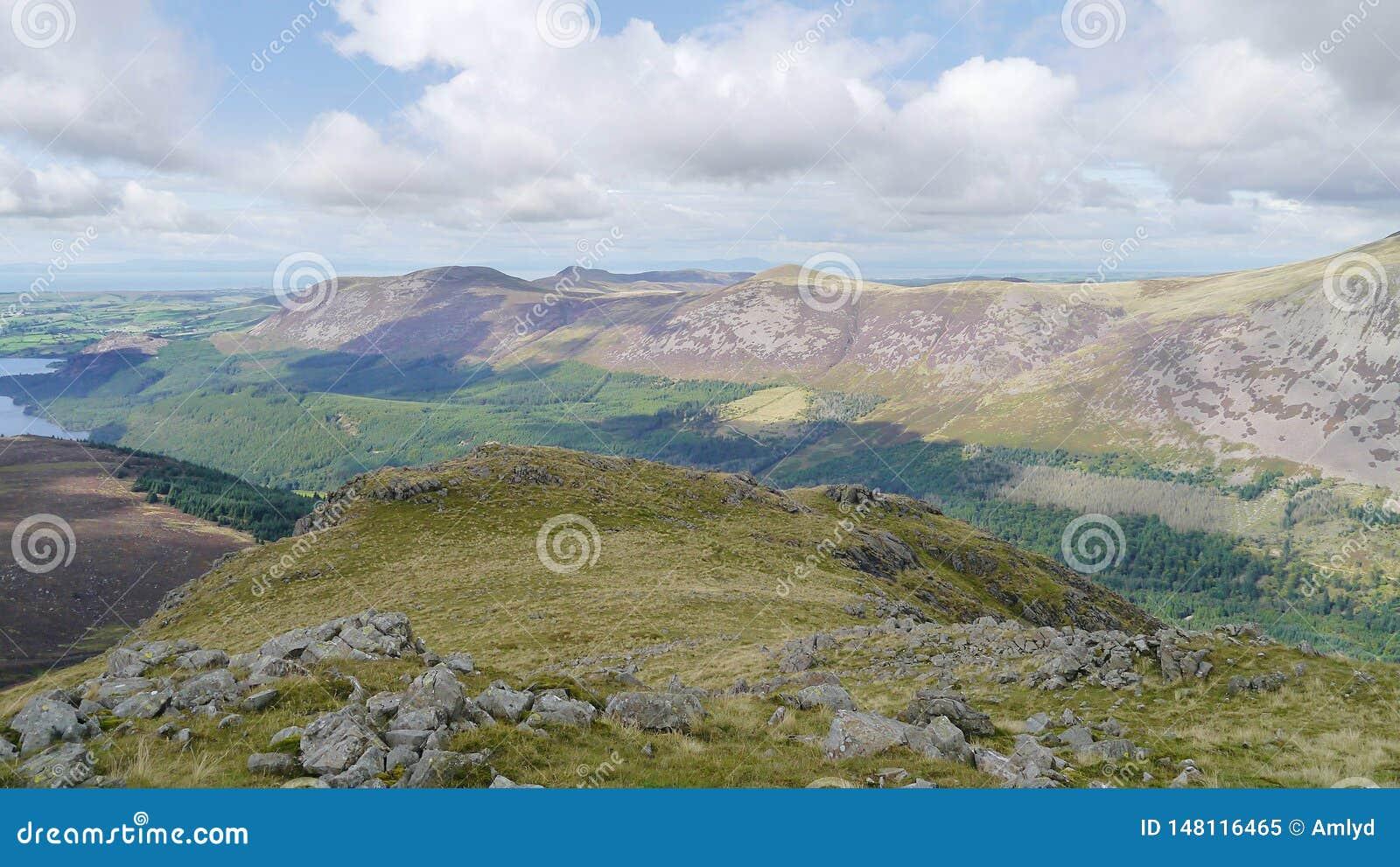 Долина Ennerdale ниже увиденная от длинной скалы, района озера