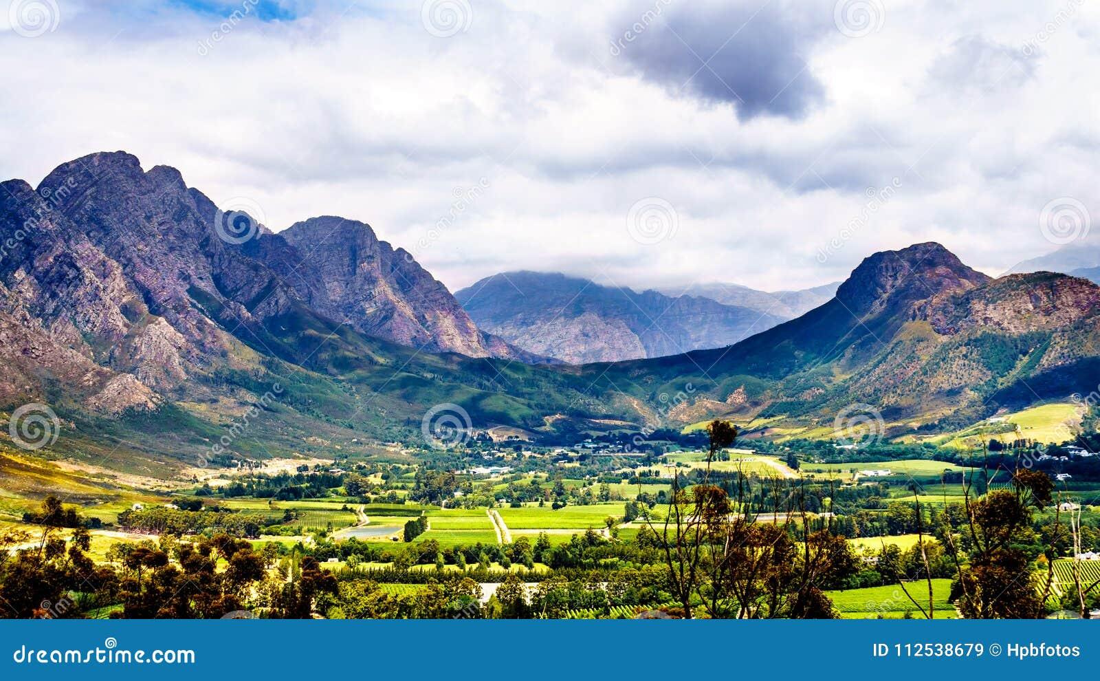 Долина Franschhoek в западной провинции накидки Южной Африки со своими много виноградников которые часть накидки Winelands