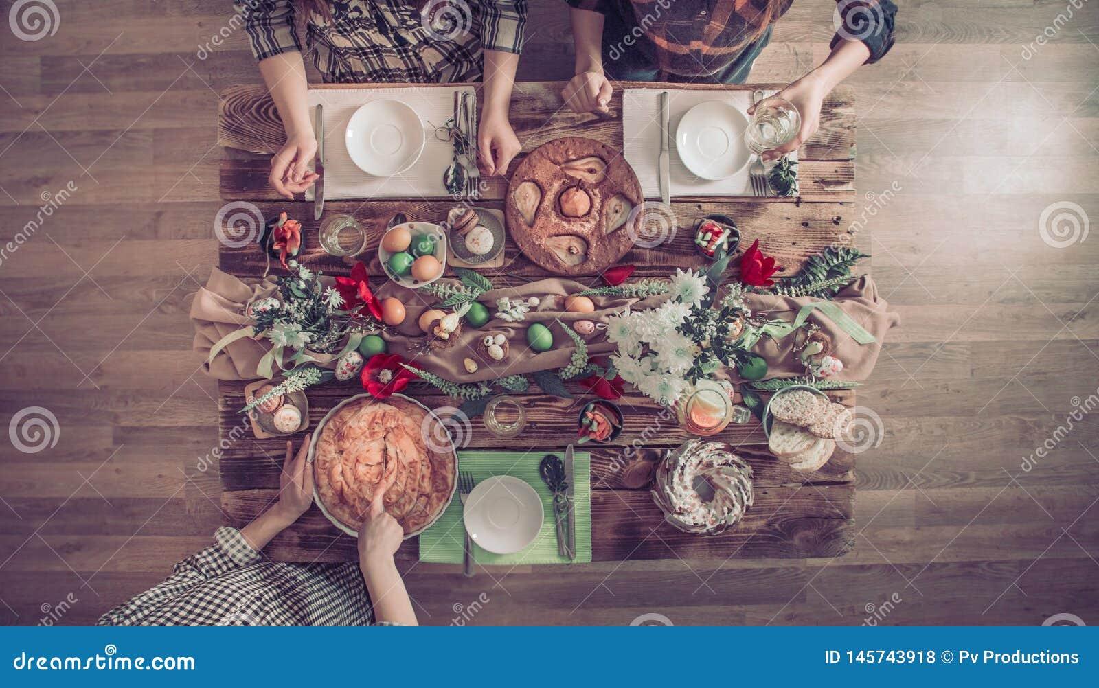 Домашнее торжество друзей или семьи на праздничной таблице