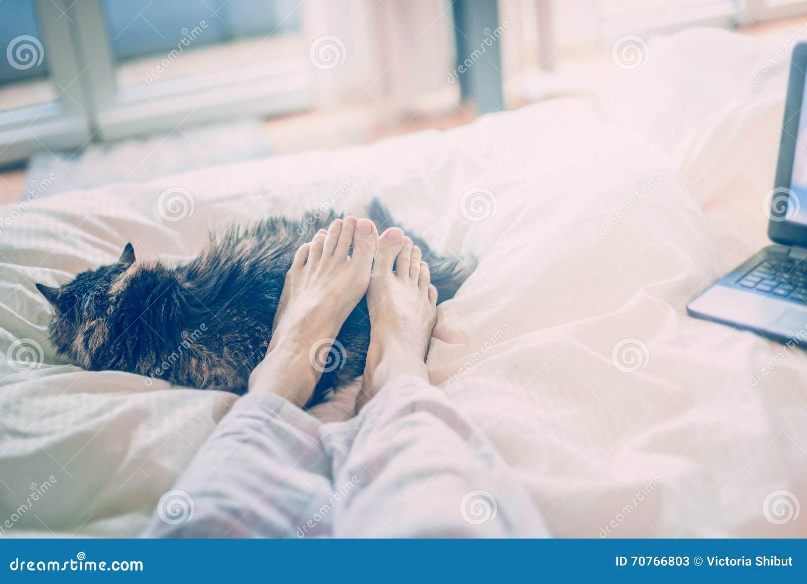 женские ноги на кровати