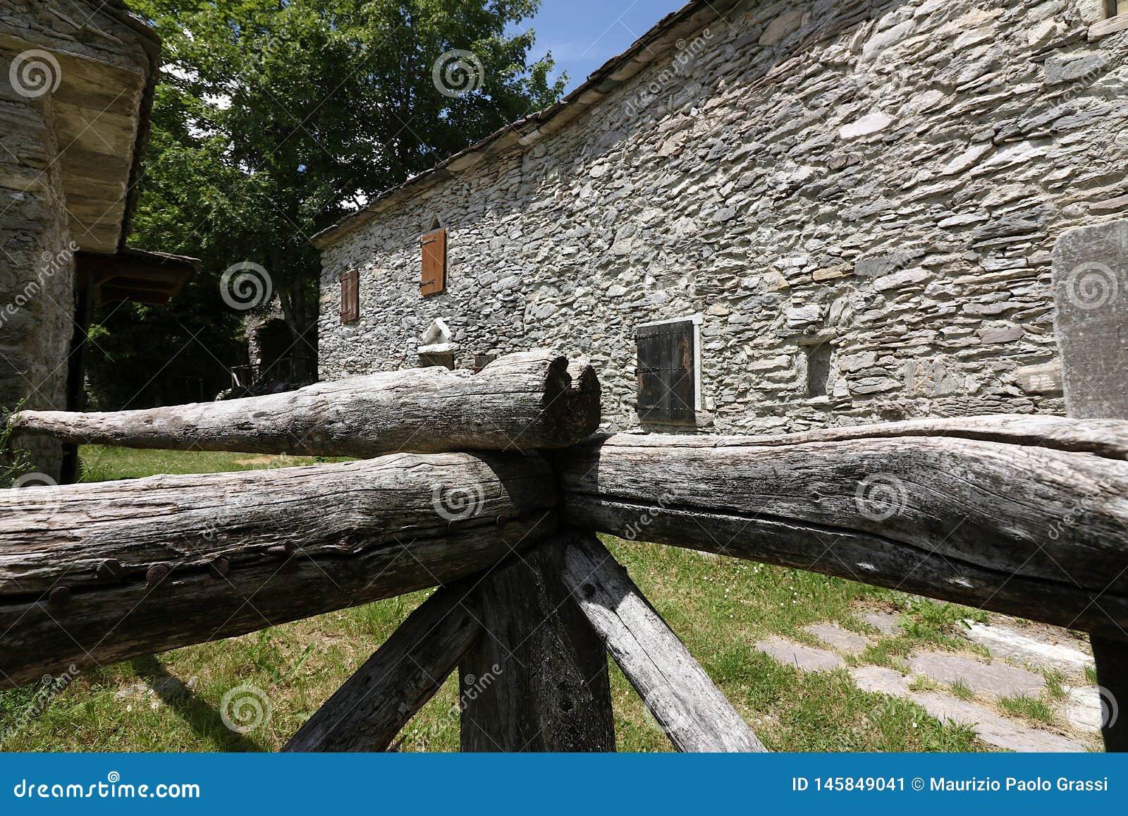 Дома в камне и белых мраморных камнях Campocatino, Garfagnan