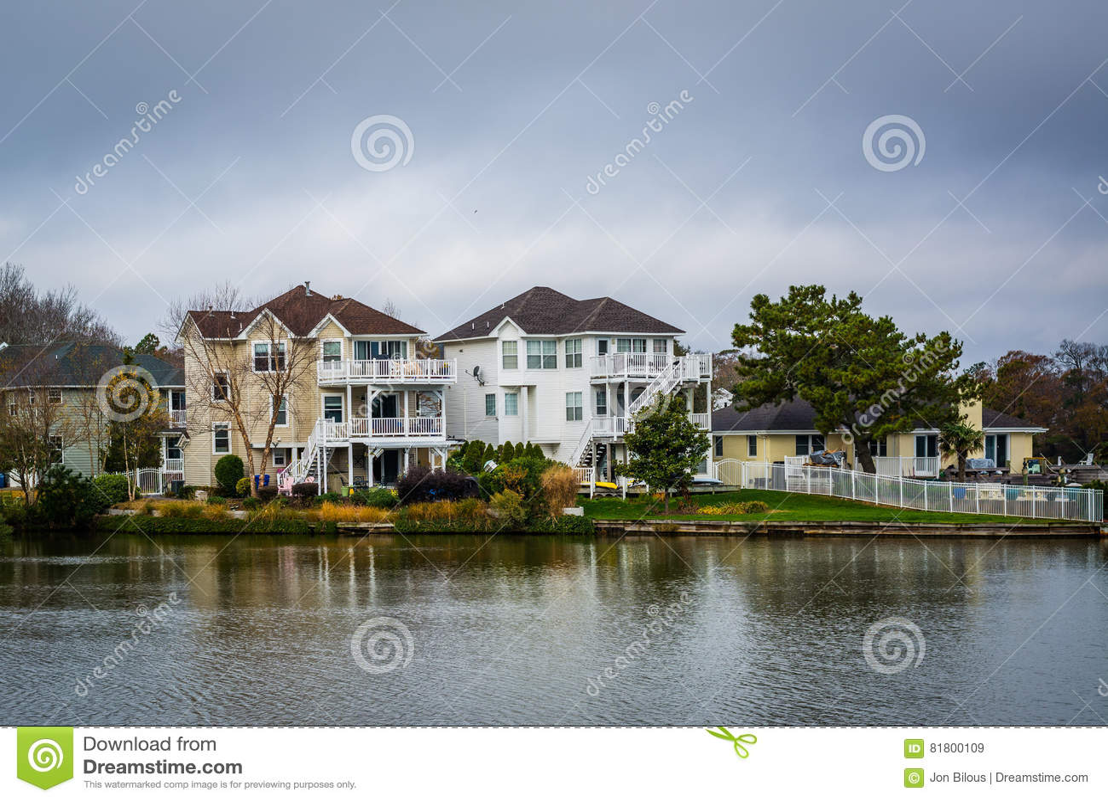 Дома вдоль берега падуба озера, в Virginia Beach, Virgini