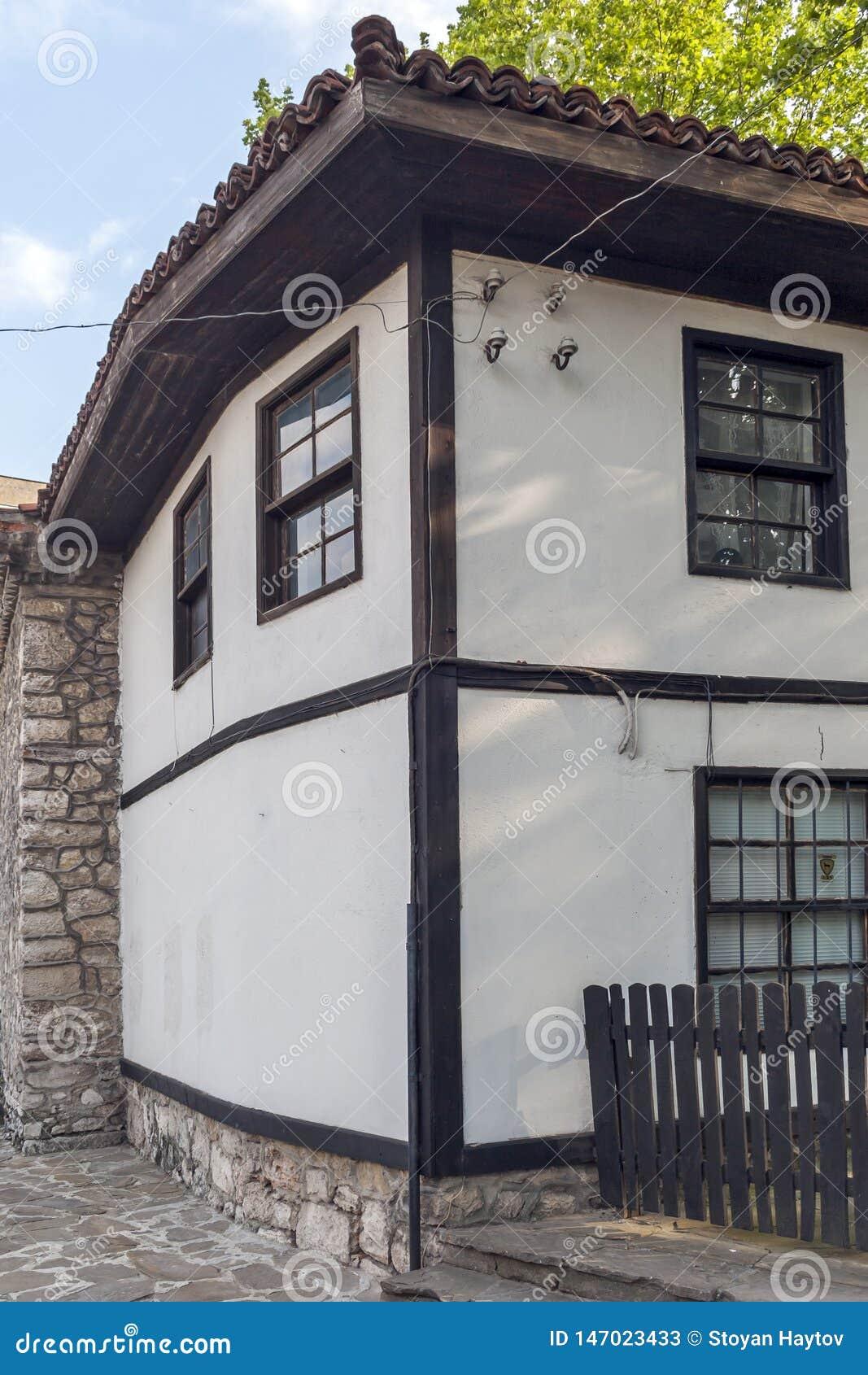 Дома девятнадцатого века на старом городке в центре города Dobrich, Болгарии