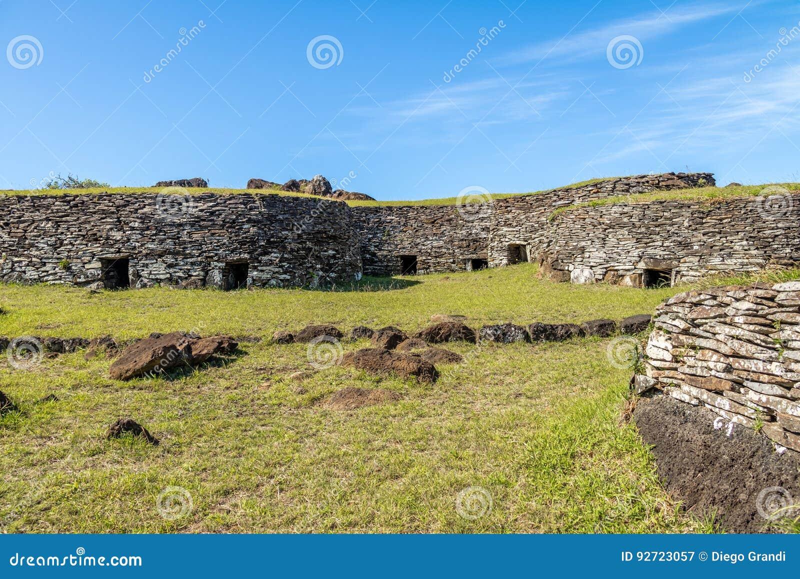 Дома кирпича на руинах деревни Orongo на вулкане Kau Rano - острове пасхи, Чили