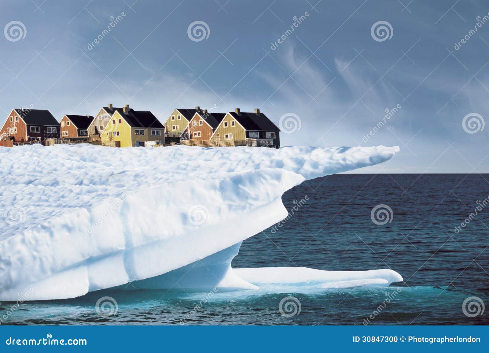 Дома на крае скалы льда