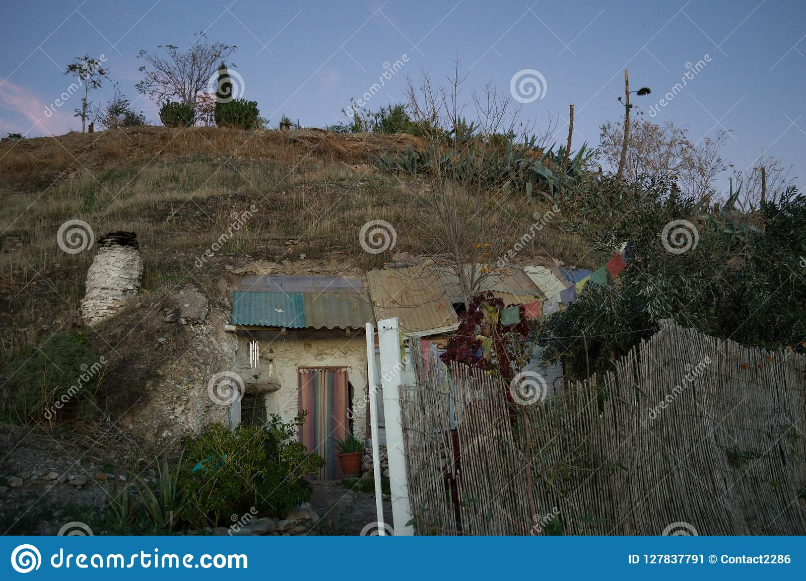 Дома пещеры в районе Sacromonte, Гранаде, Испании