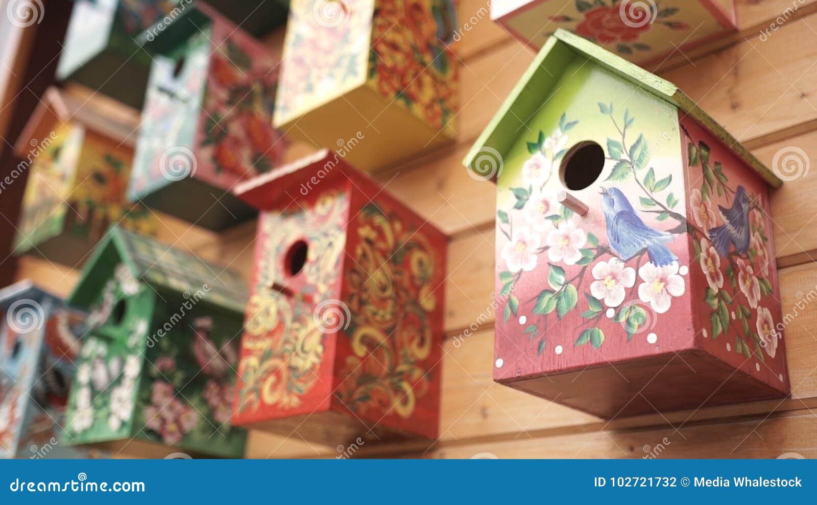 дома птицы цветастые Handmade деревянный birdhouse на доме журнала Birdhouses на стене район Деревянный birdhouse внутри
