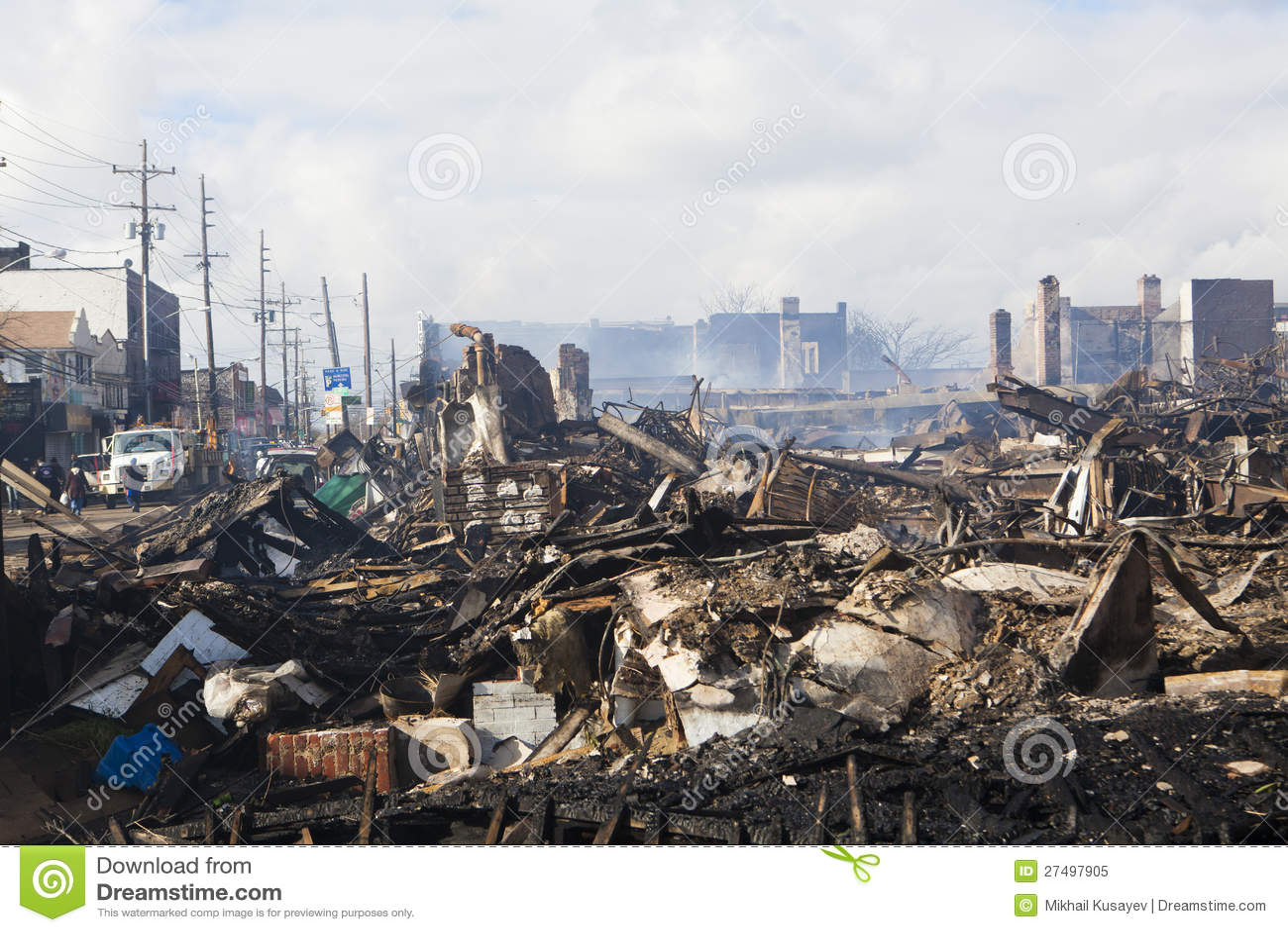Дома сидят smoldering после урагана