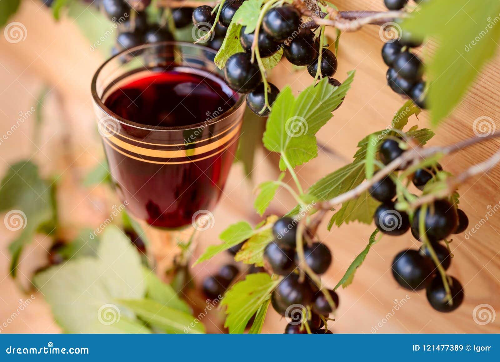 Домодельная настойка сделанная от черных смородин и свежих ягод