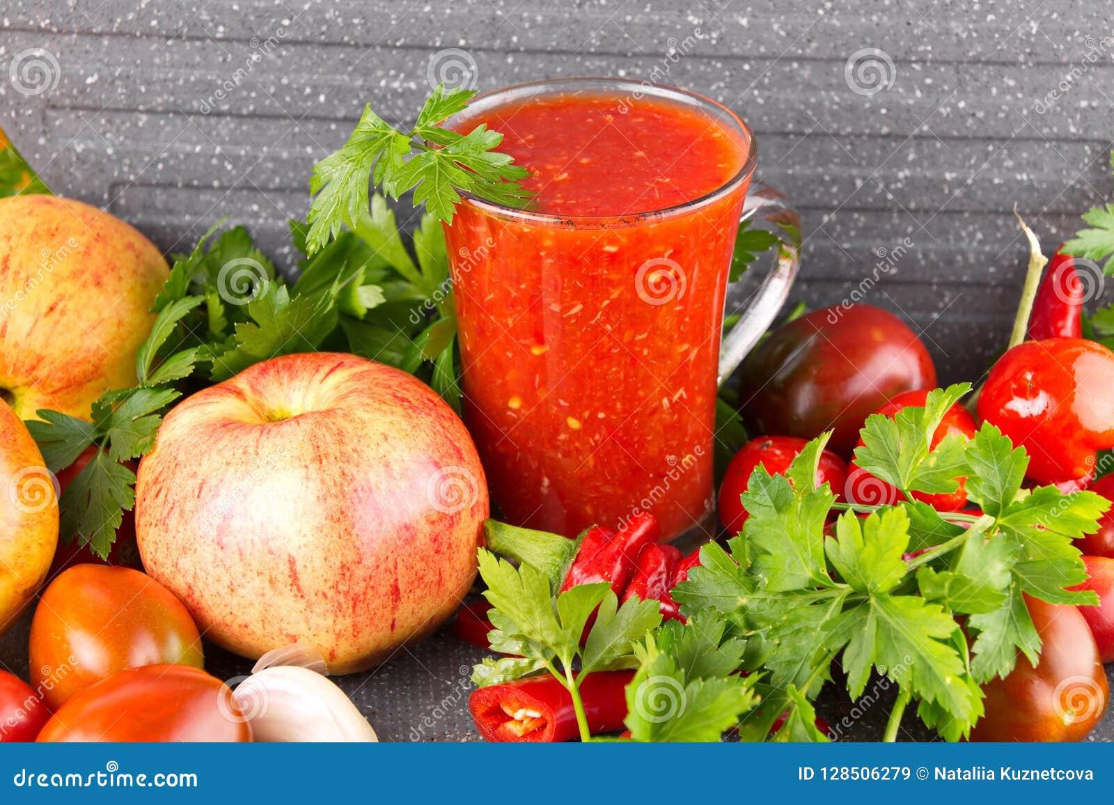 Домодельное adjika с яблоками, горячим соусом с перцем и чесноком