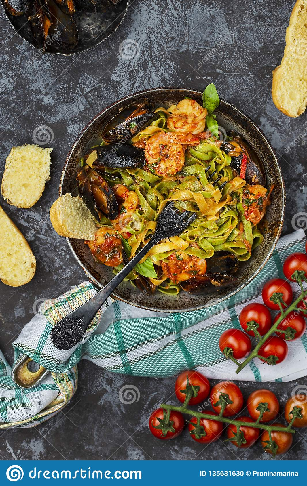 Домодельные итальянские макаронные изделия морепродуктов с мидиями и креветкой